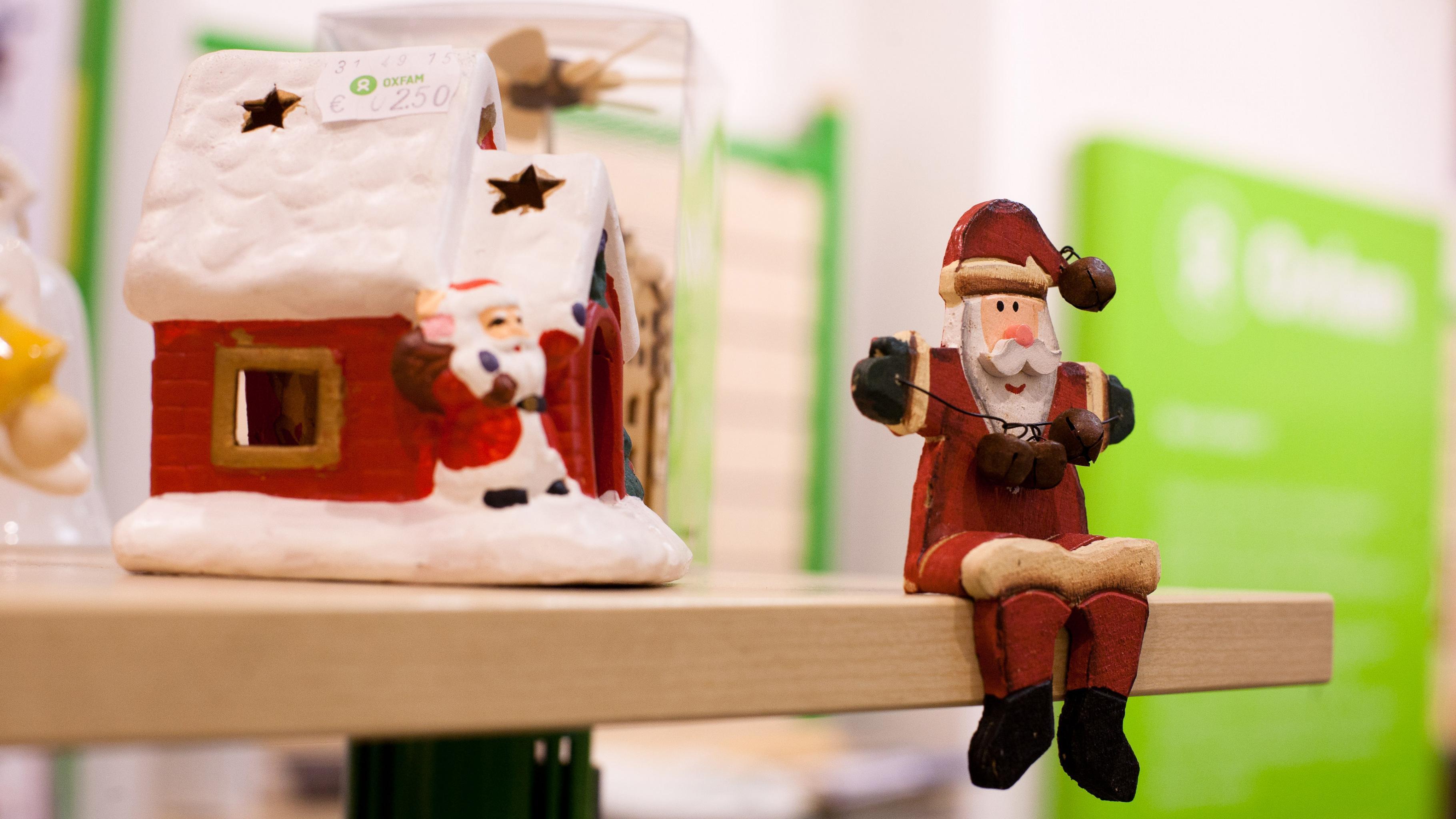 Weihnachtsdekoration im Oxfam Shop