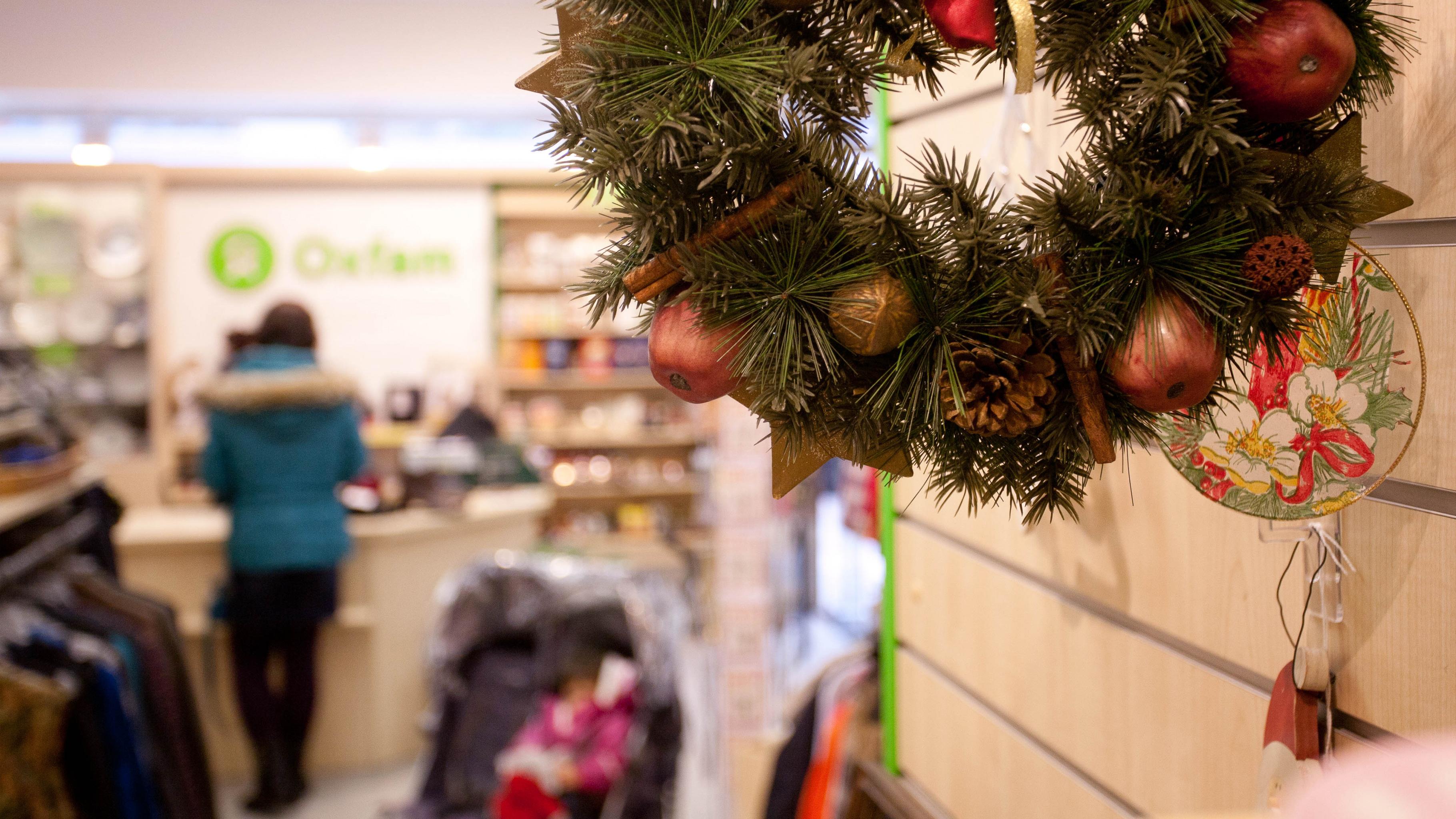 Weihnachtliches gibt es in den Oxfam Shops