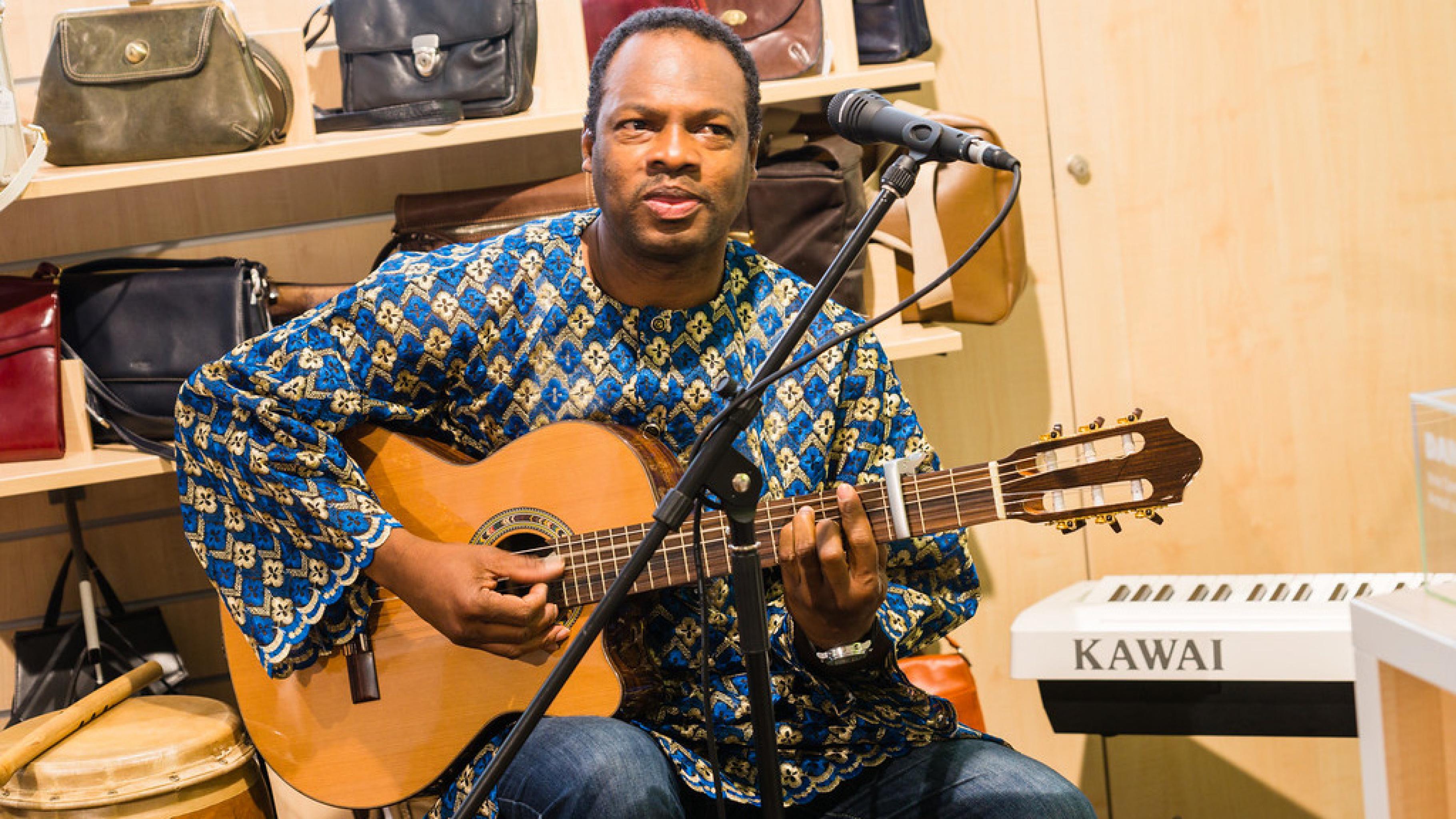 Oxfam Shop Frankfurt-Nordend - Musiker Kotey Niikoi aus Ghana bei der Eröffnung 2016