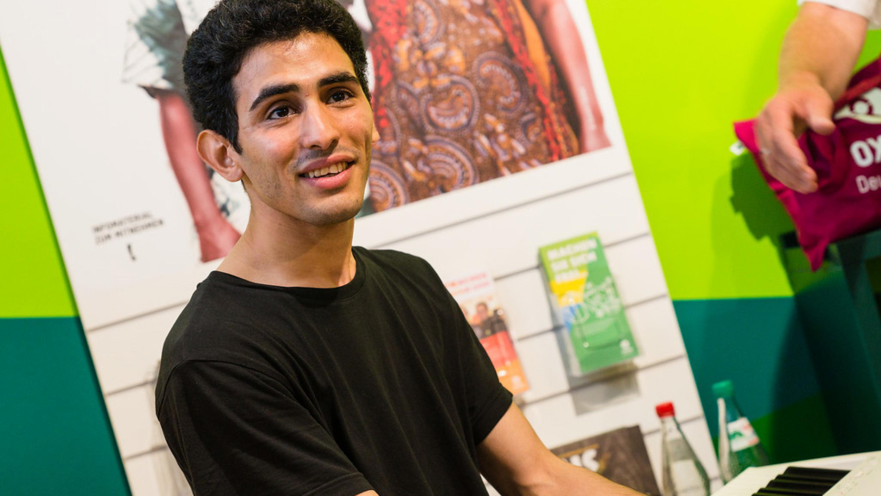 Oxfam Shop Frankfurt-Nordend - Friedensaktivist Aeham Ahmad als Gast bei der Eröffnung 2016