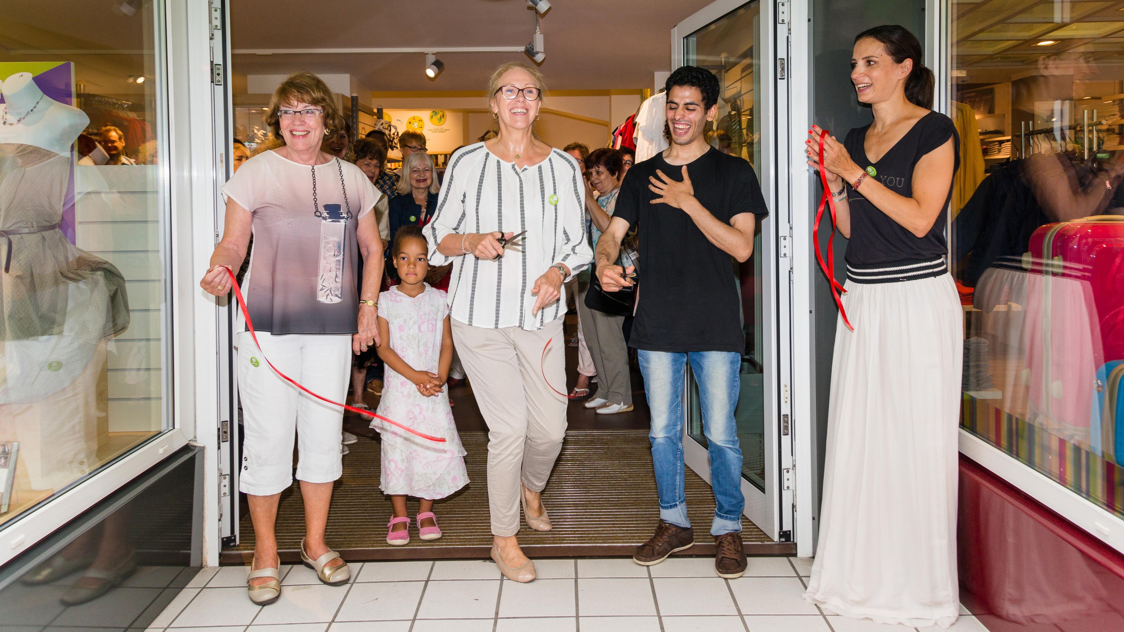 Oxfam Shop Frankfurt-Nordend - Marion Lieser (m) und Aeham Ahmad (2.v.r.) mit zwei Ehrenamtlichen bei der Eröffnung 2016