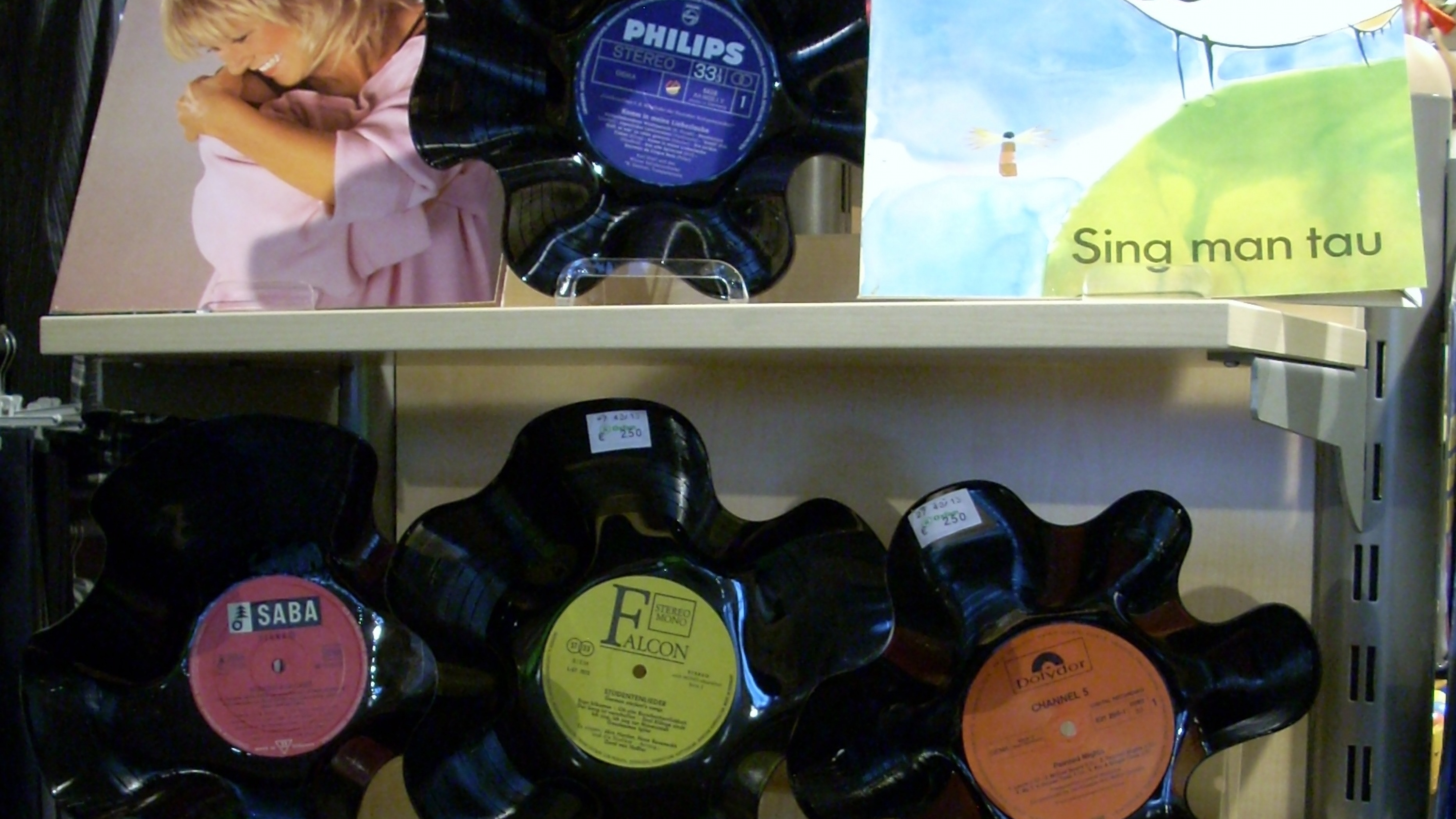 Oxfam Shop Göttingen -  Schalen gefertigt aus Schallplatten