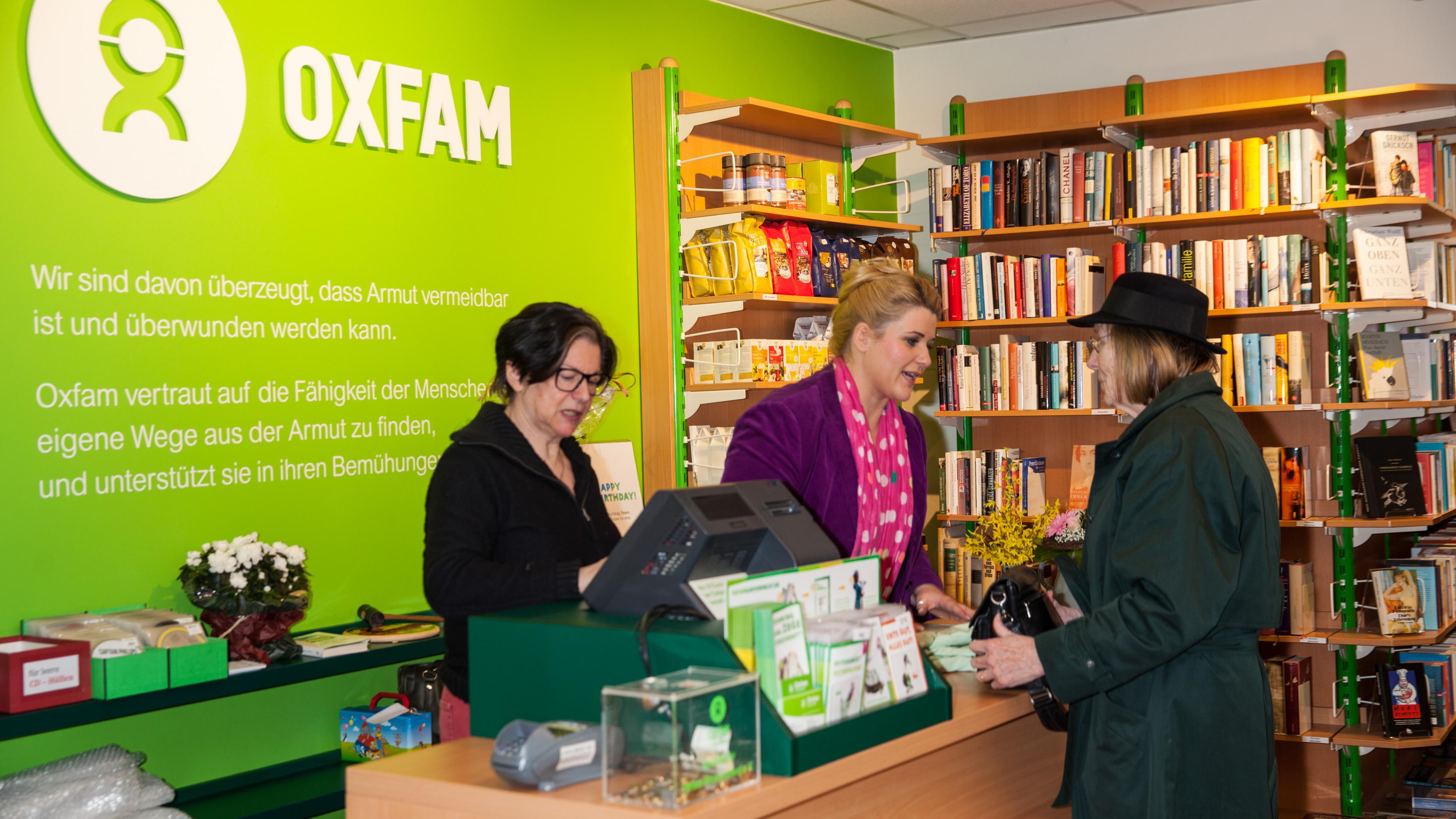 Oxfam Shop Hamburg-Hoheluft - Anke Harnack packt mit an