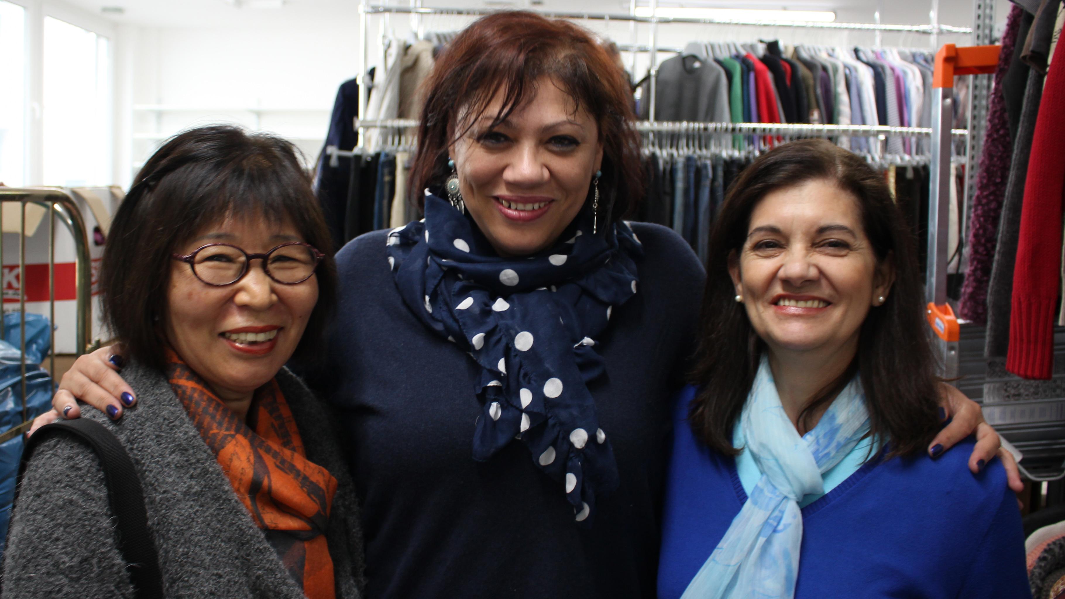 Die Ehrenamtlichen Sung-Nam Kim, Lucille Dill-Browers und Regina Deziderio (v.l.) aus dem Oxfam Shop Essen
