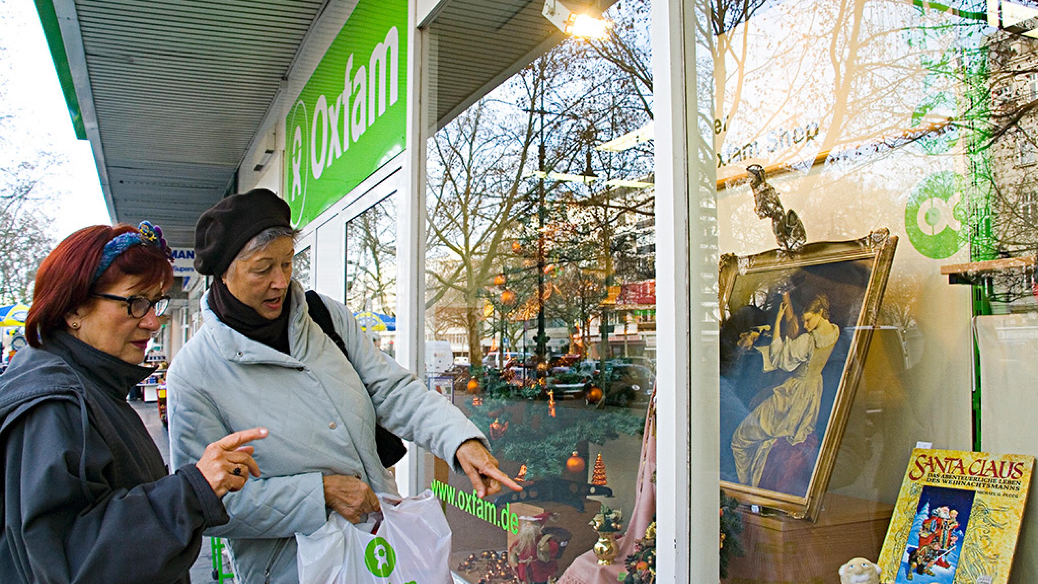 Oxfam Shop Berlin-Wilmersdorf - Kundinnen am Schaufenster