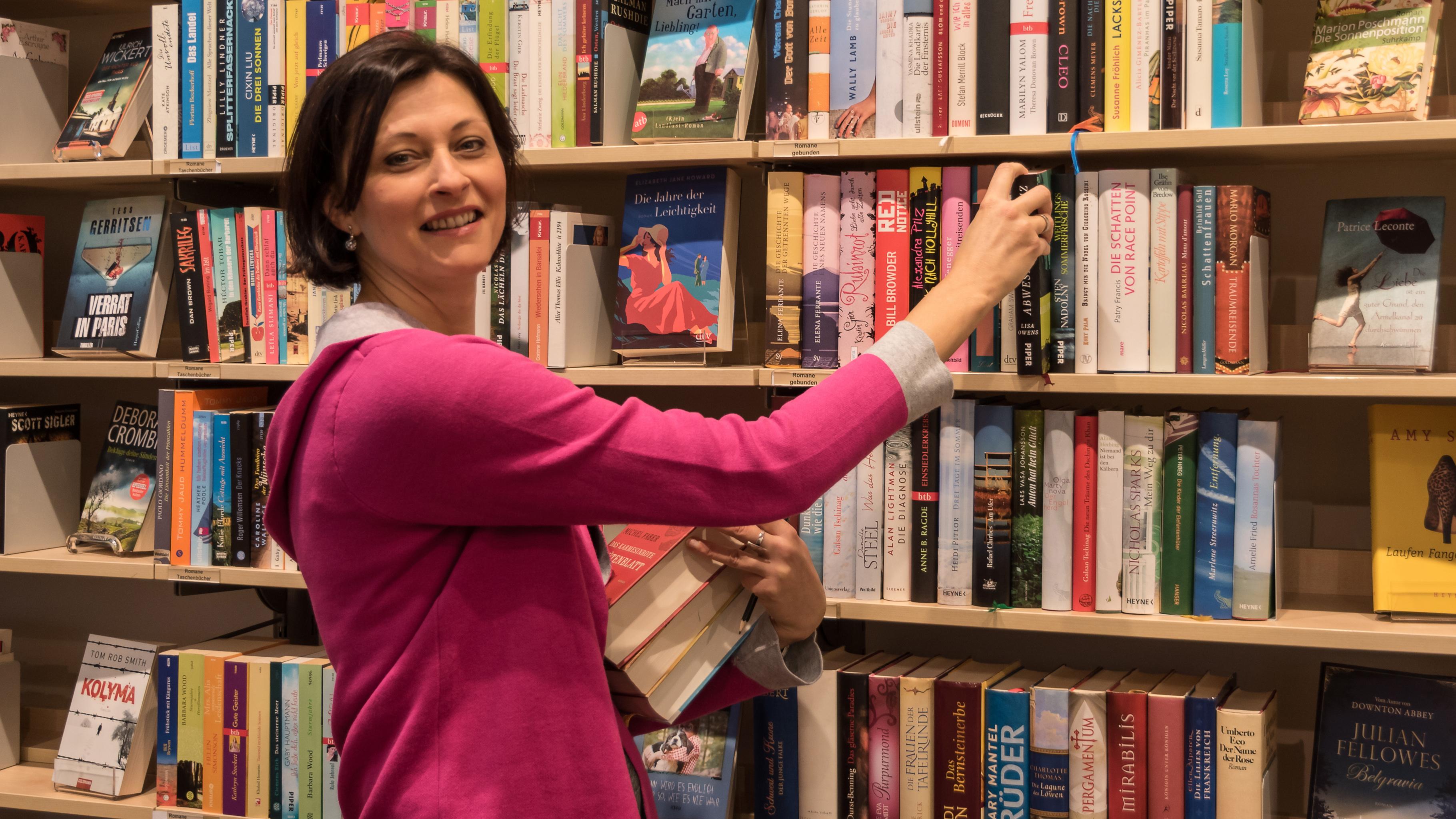 Brit Nowaczyk arbeitet seit der Eröffnung vor fünf Jahren im Oxfam Shop Dresden. Ihr Bereich: Bücher.