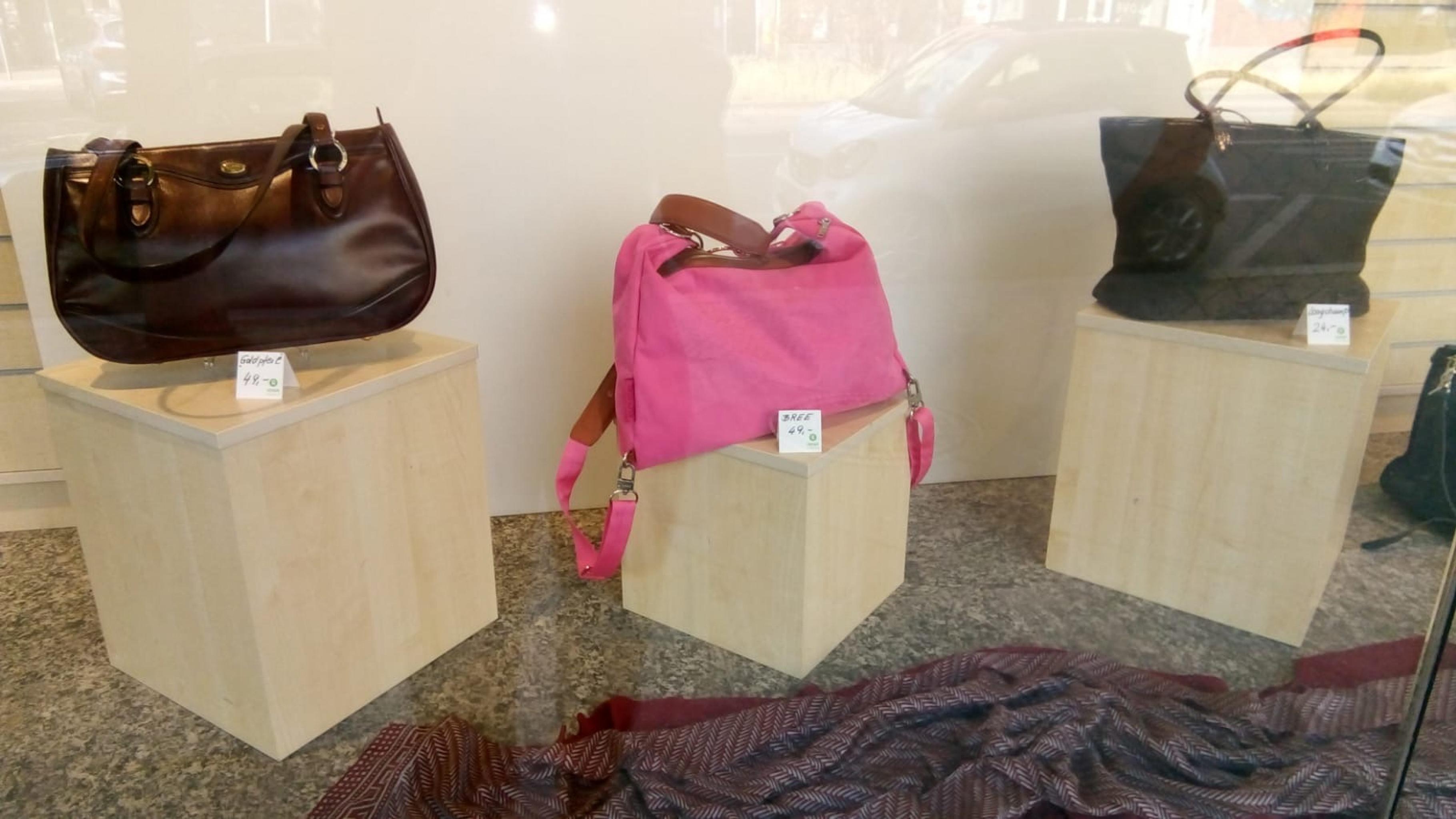 Handtaschen im Oxfam Shop Berlin-Schöneberg