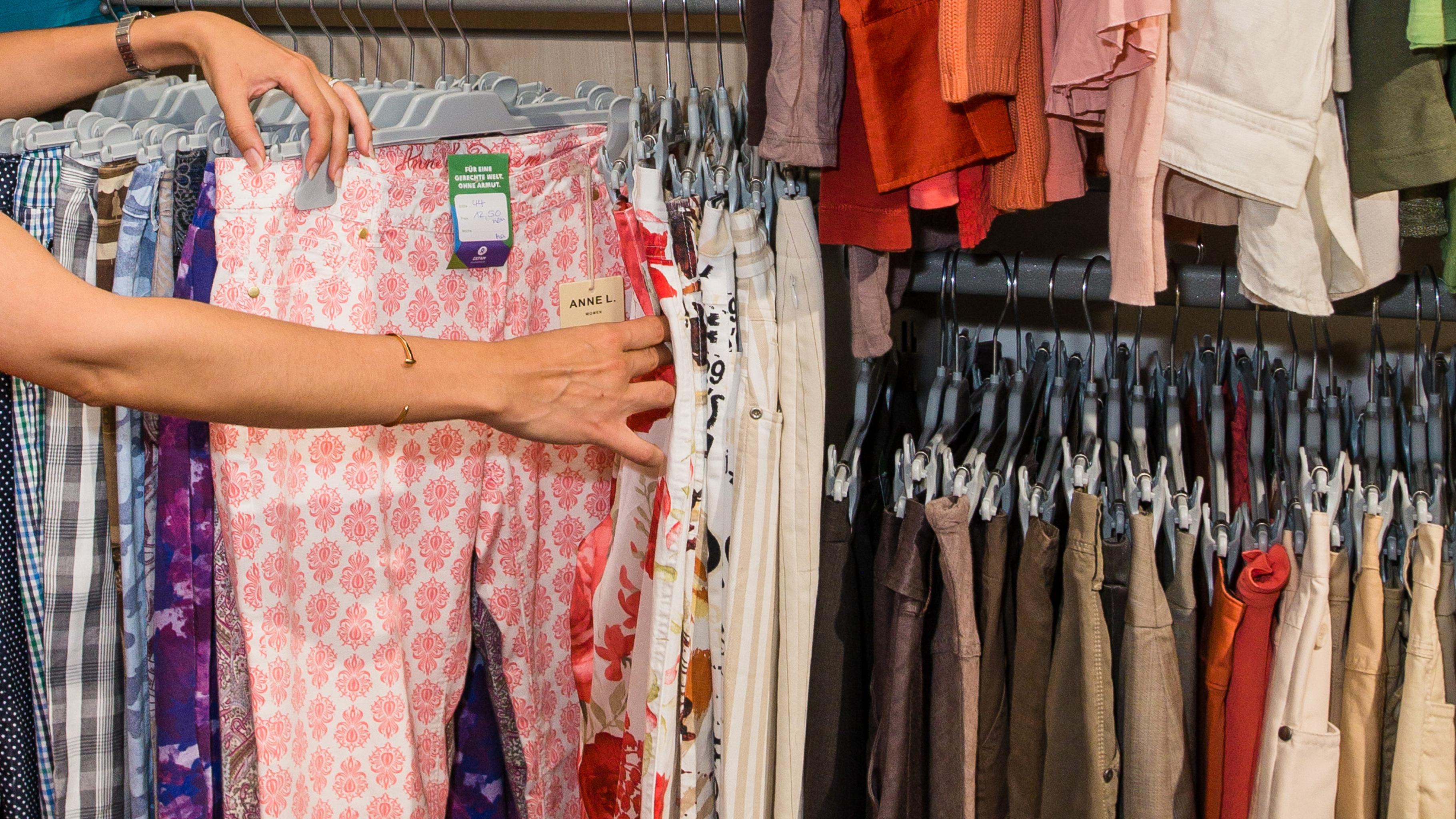 Günstige Hosen bekommen Sie im Oxfam Shop.