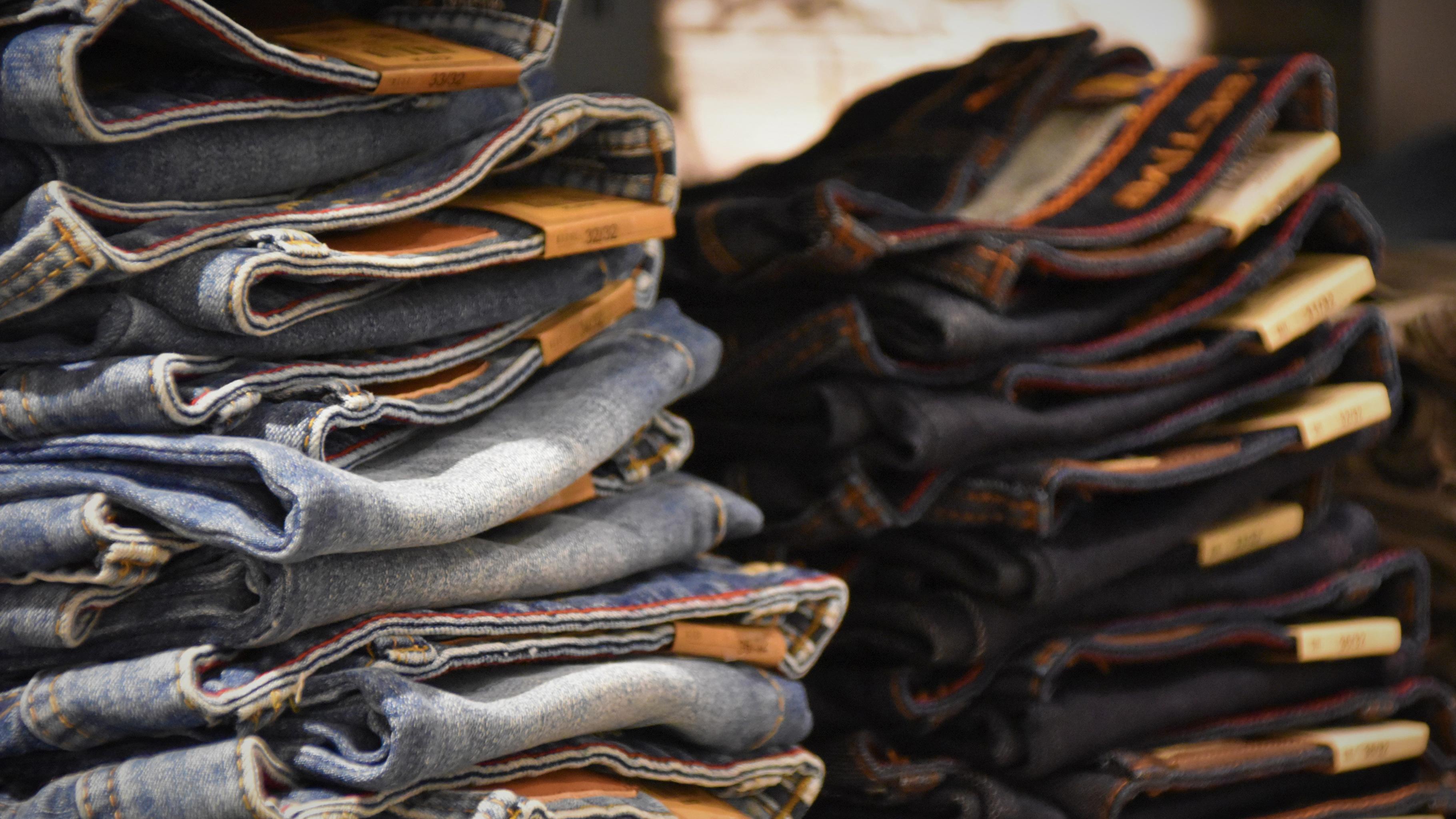 neue Jeans auf einem Stapel
