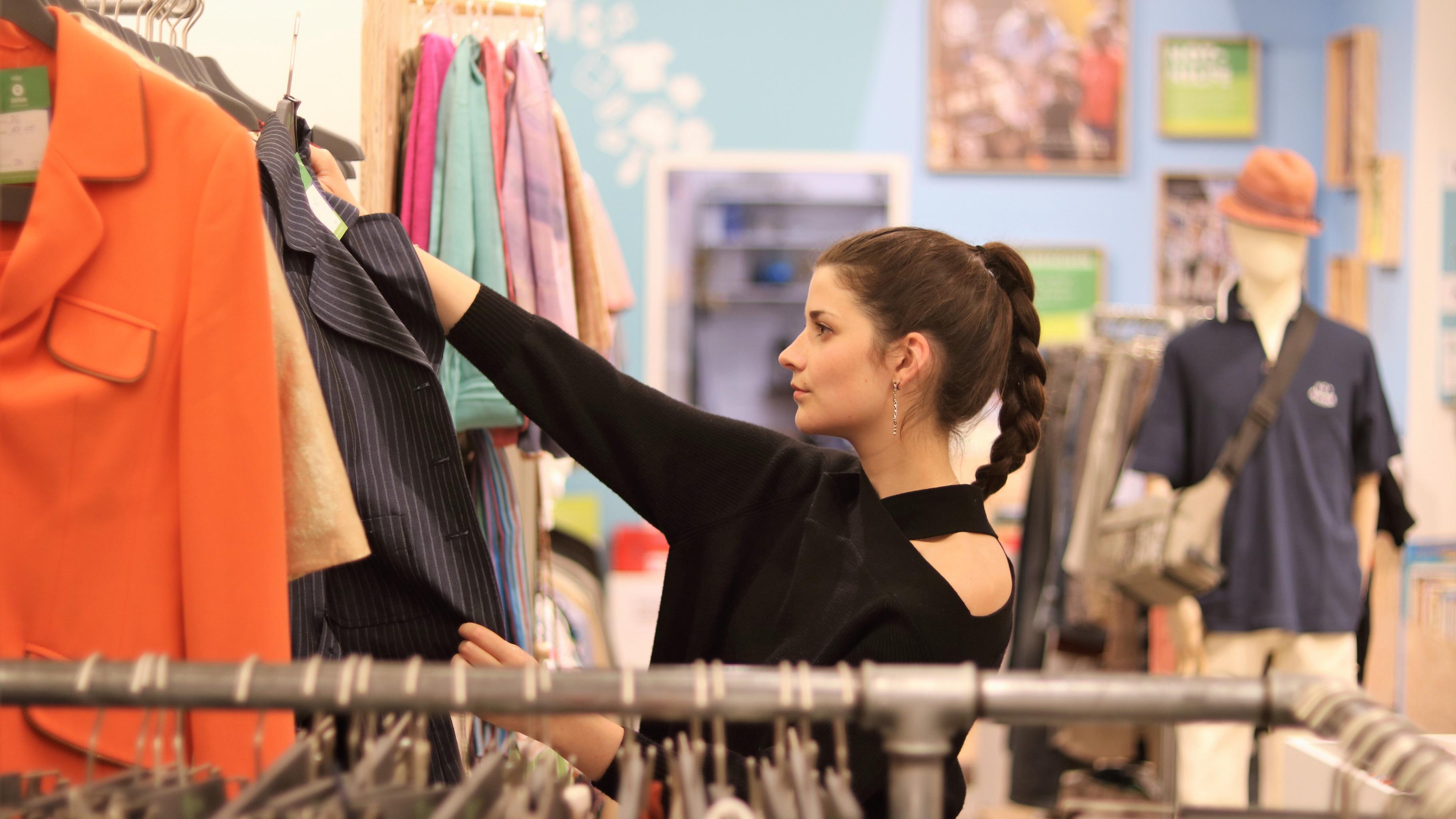 die Ehrenamtliche Leonie Müller im Oxfam Shop