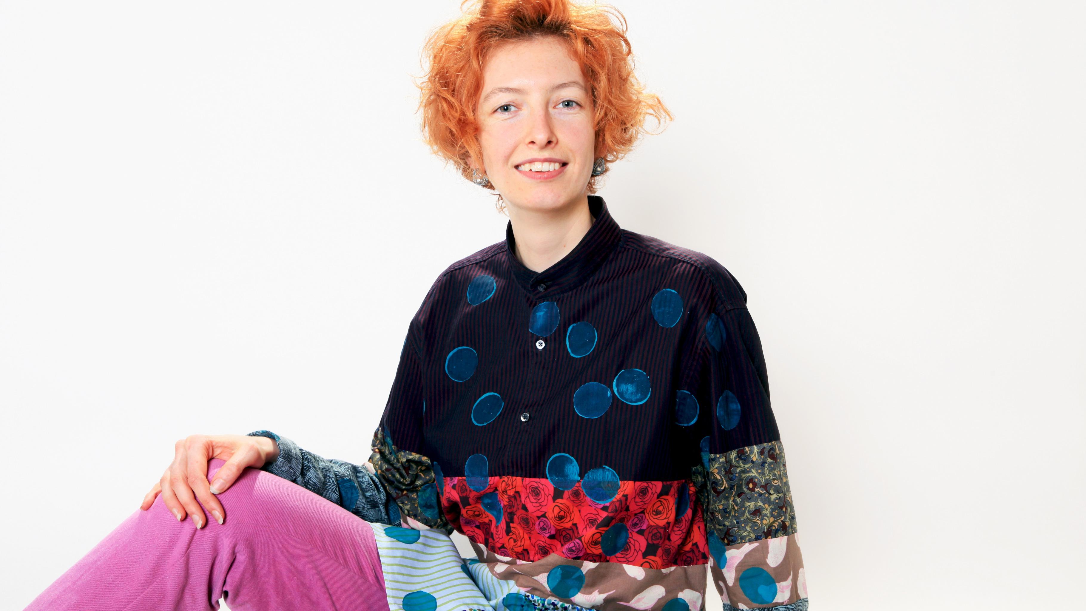 Ronja Fell zeigt ein Oberteil, das Sie aus alten Männerhemden genäht hat.