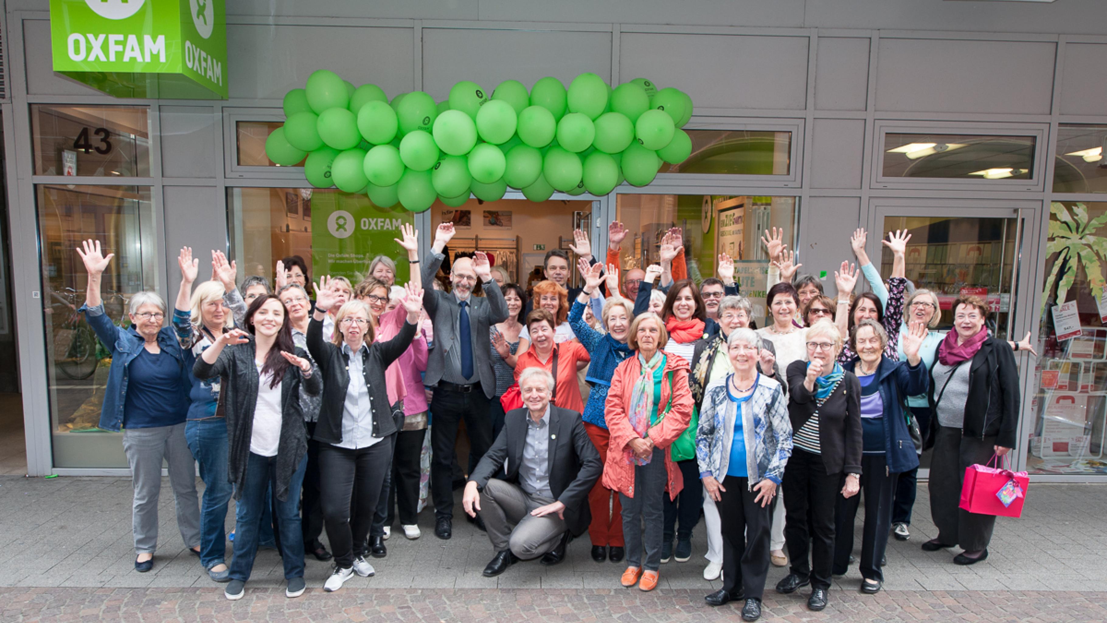 Oxfam Shop Karlsruhe - Bürgermeister Klaus Stapf und das Shop-Team