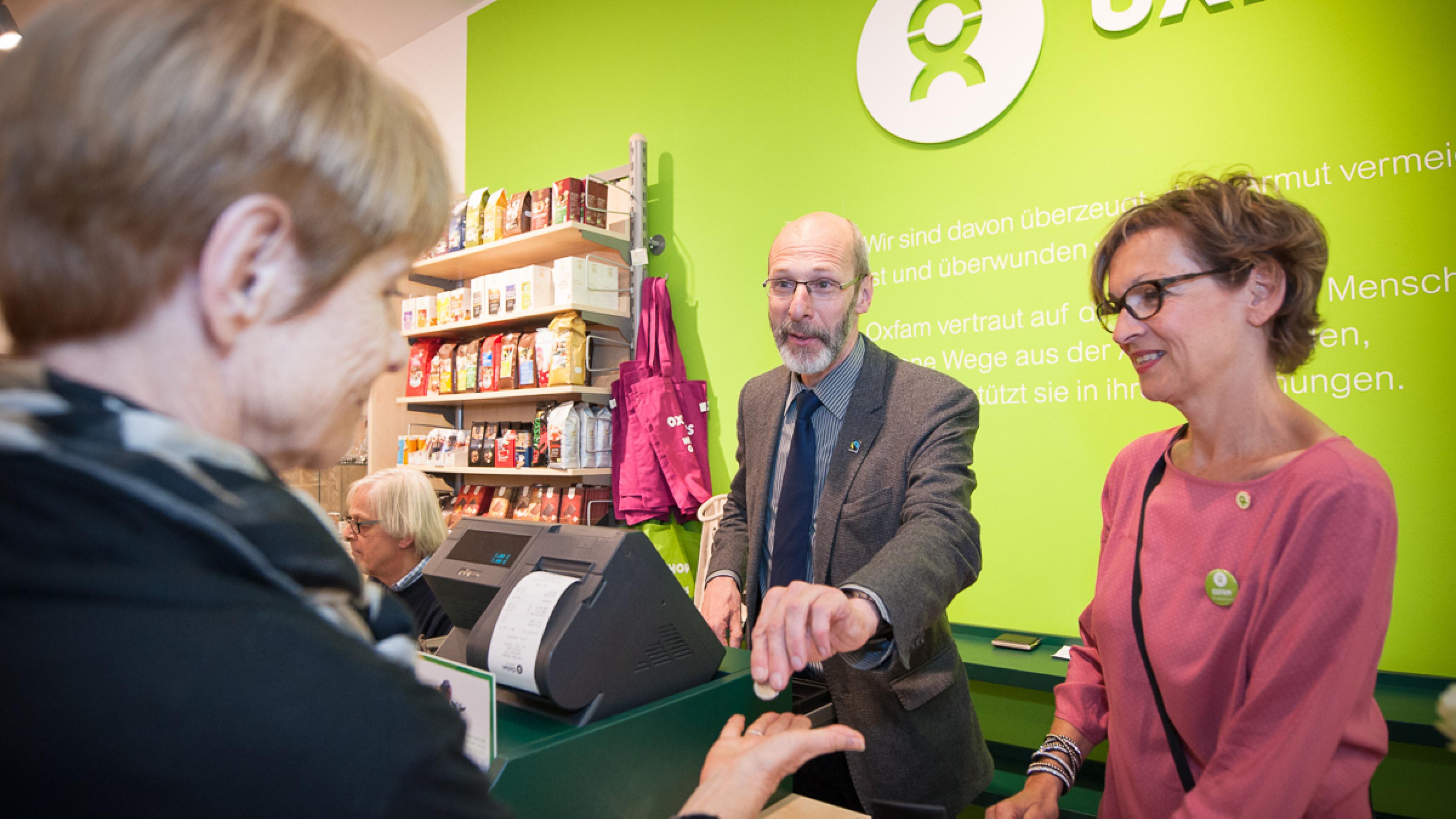 Oxfam Shop Karlsruhe - Bürgermeister Klaus Stapf an der Kasse