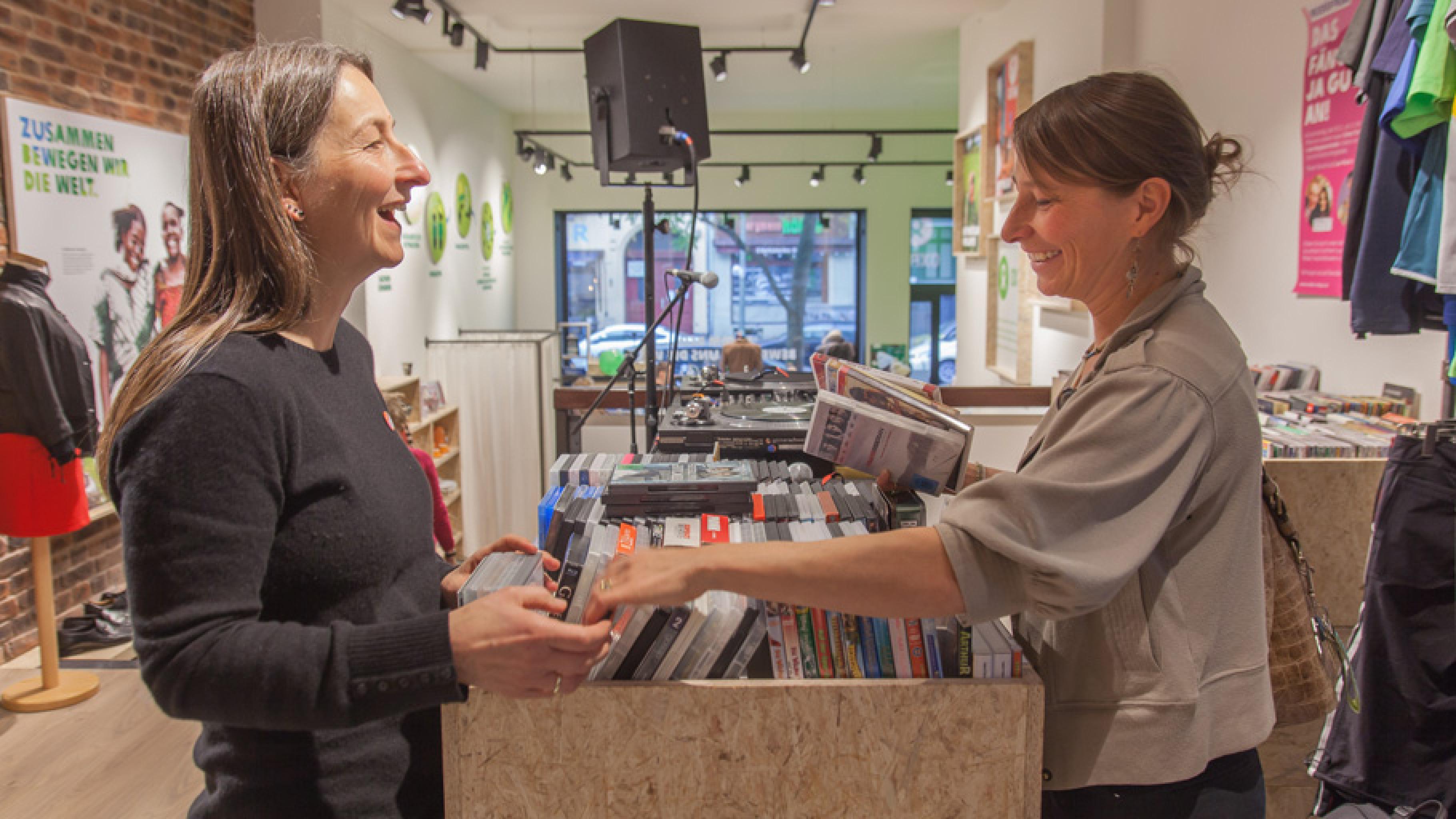 Innenansicht Oxfam Shop Berlin-Kreuzberg: Ehrenamtliche