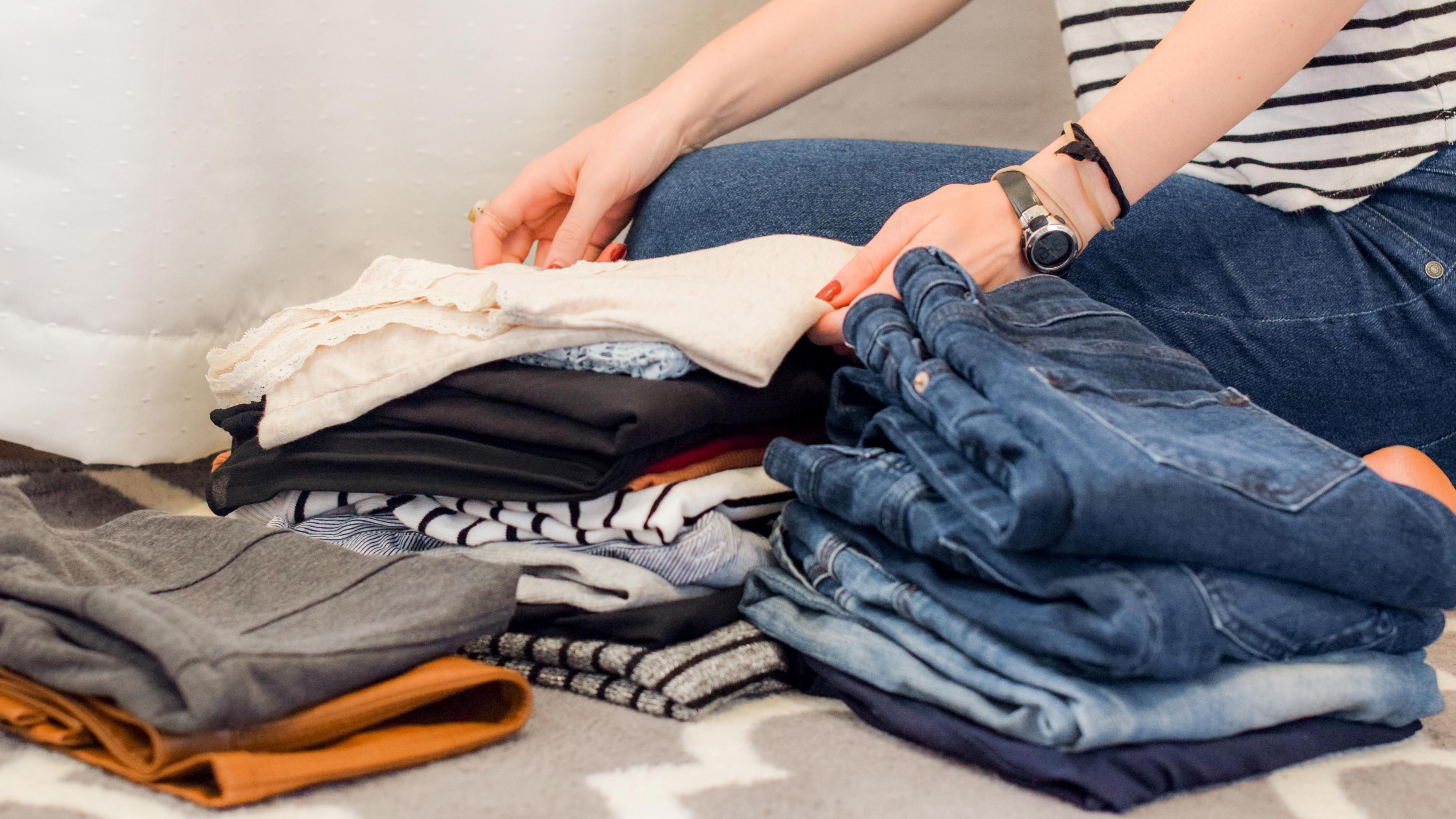 Frau sortiert Kleidung