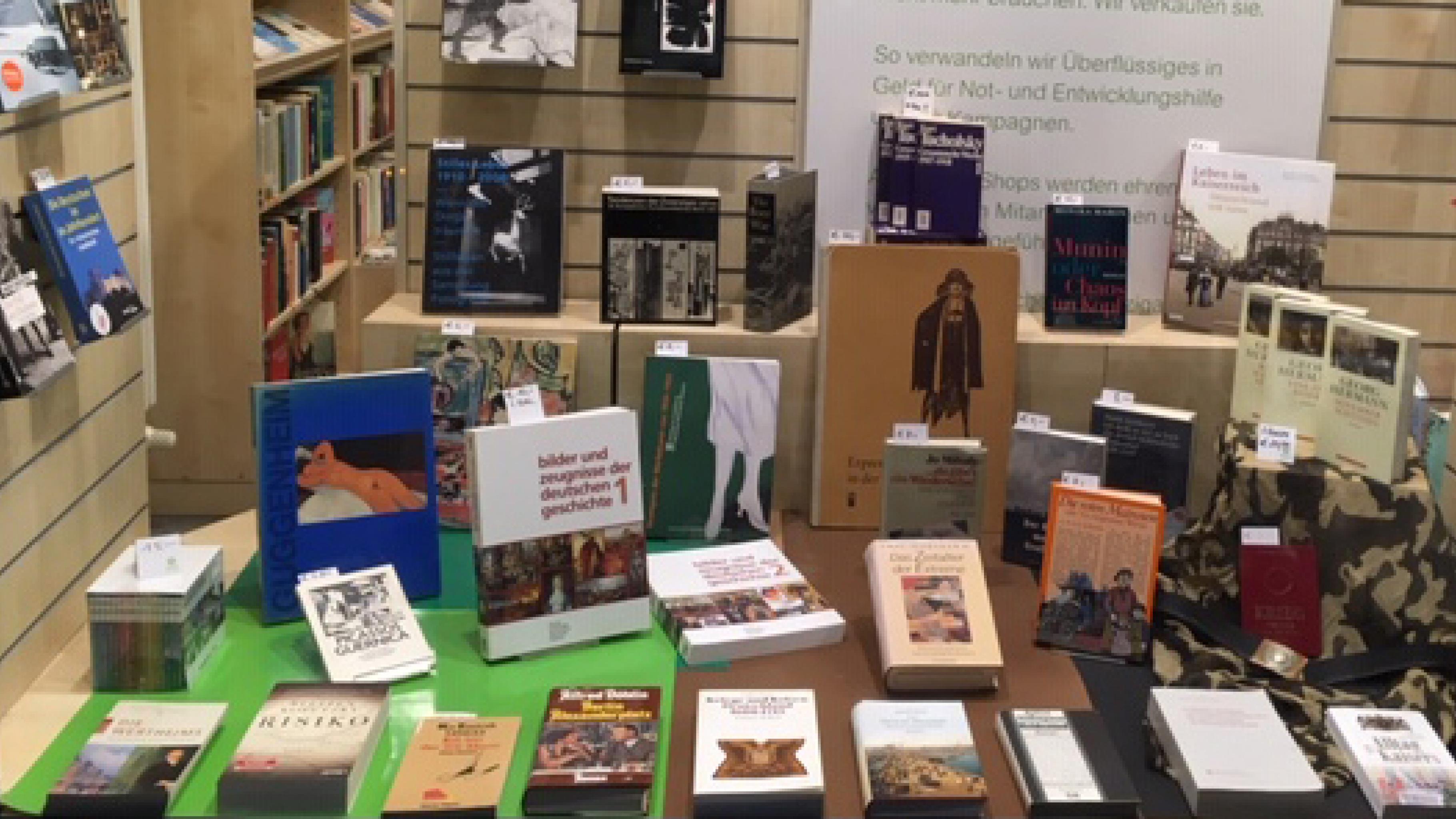 Schaufenster eines Oxfam Shops mit Büchern zu den Weltkriegen und zur Weimarer Republik