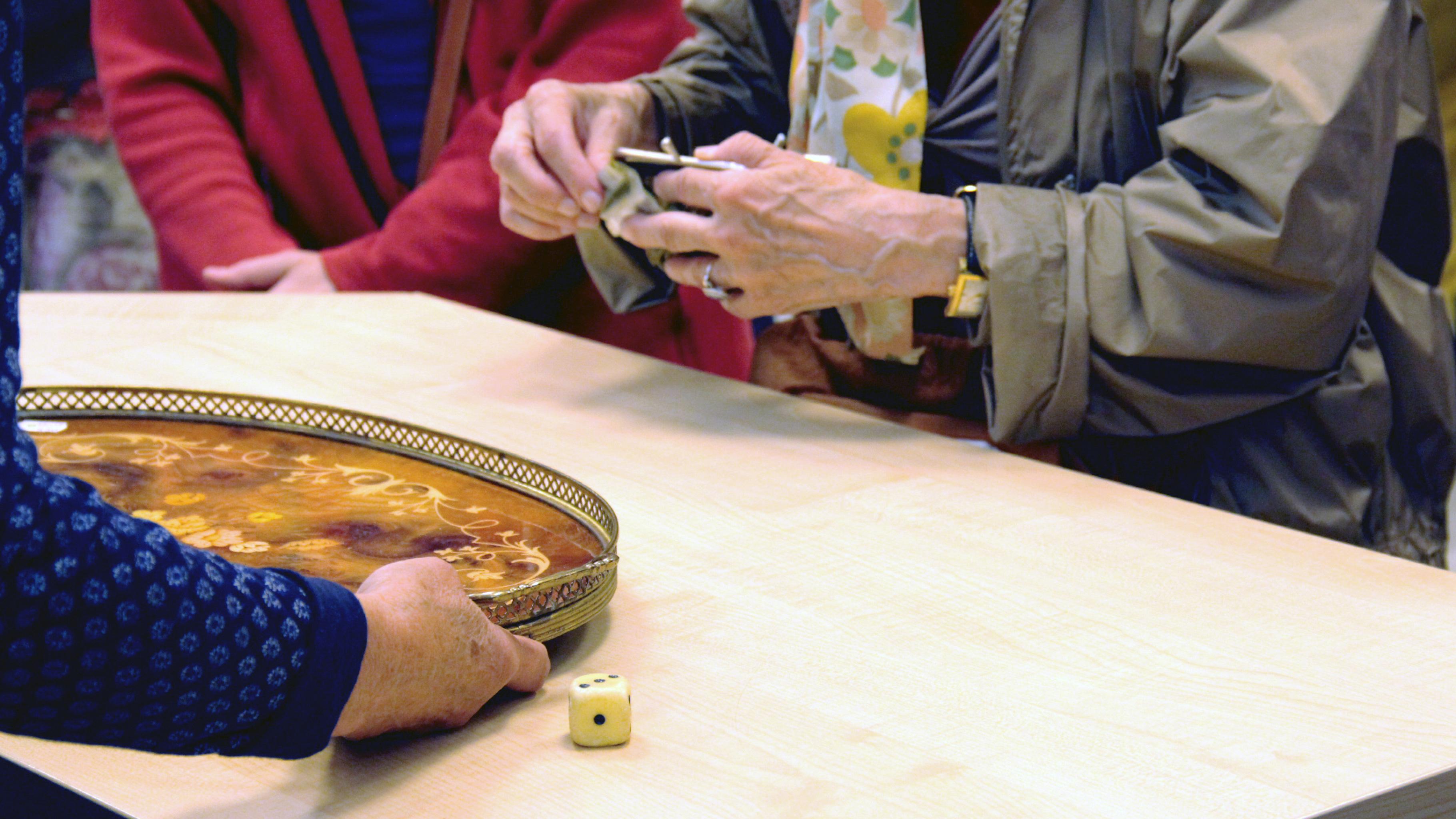 Würfeln beim Schaufensterverkauf im Oxfam Shop