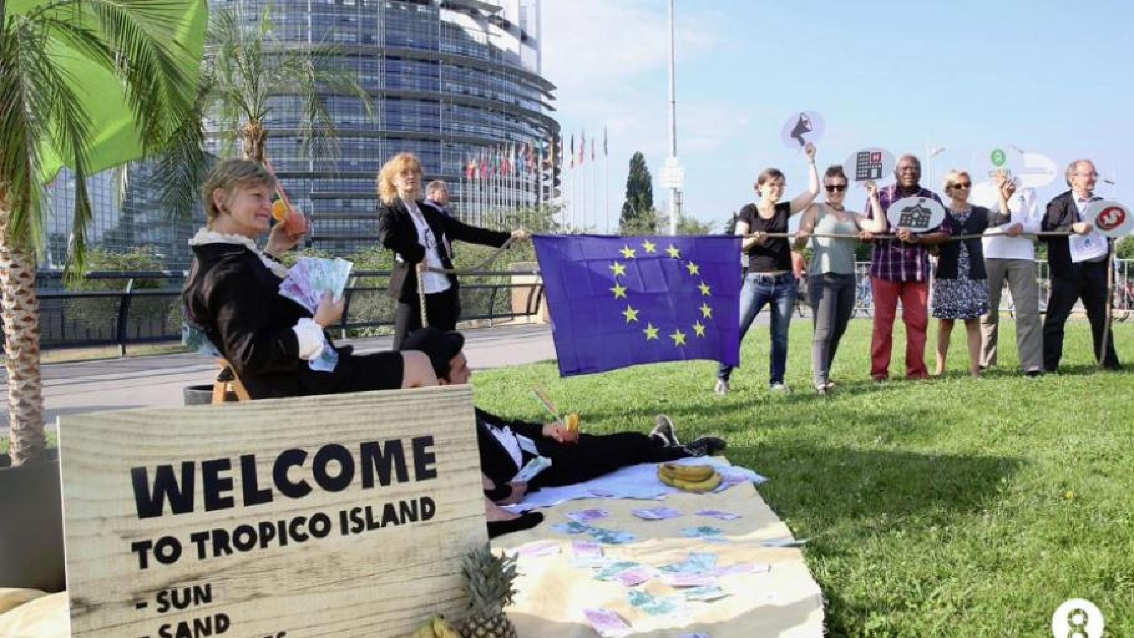 Aktivist/innen machen vor der Abstimmung im Europäischen Parlament darauf aufmerksam, wie wichtig echte Steuertransparenz ist.