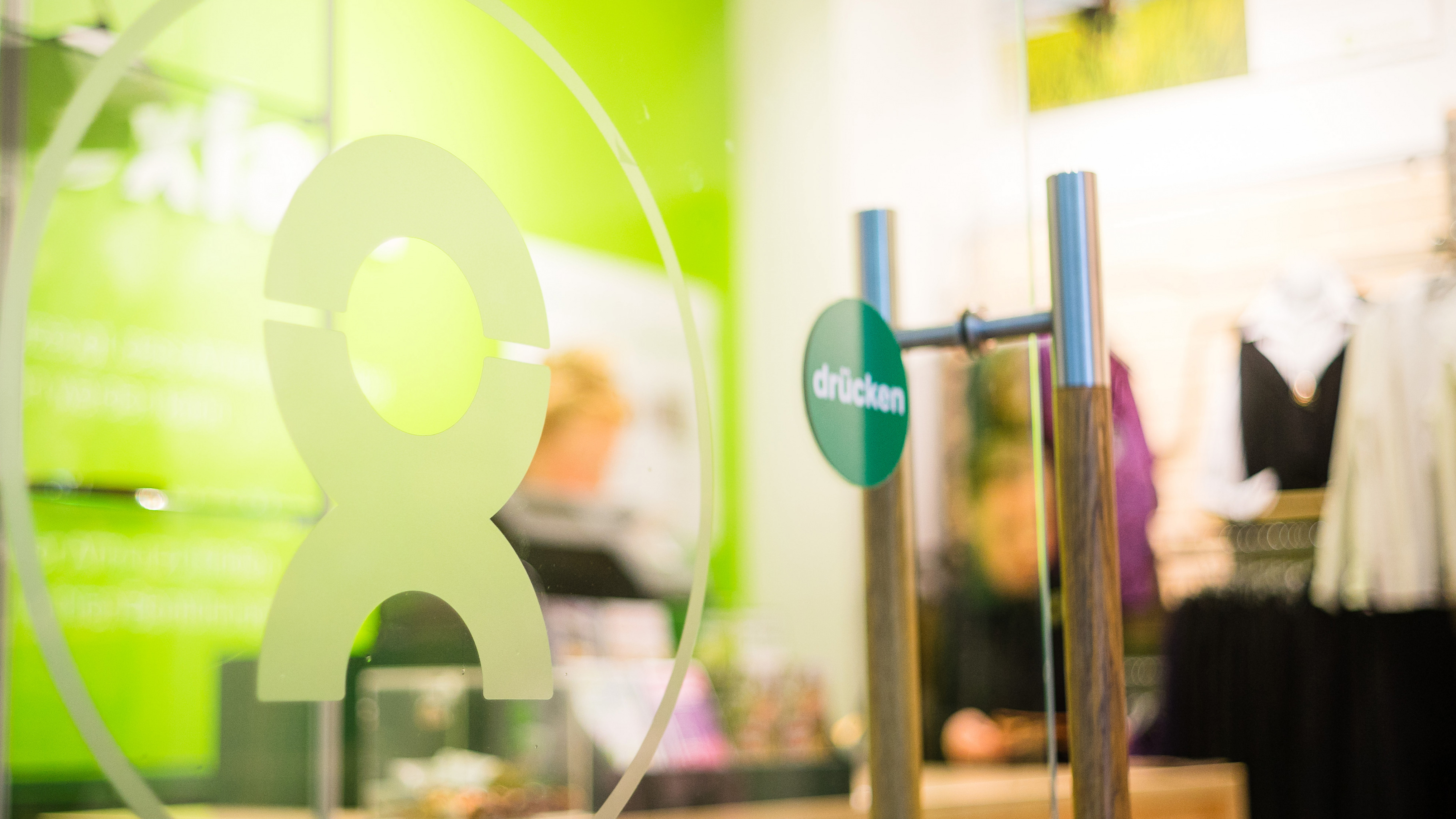 Hereinspaziert: Tür eines Oxfam Shops