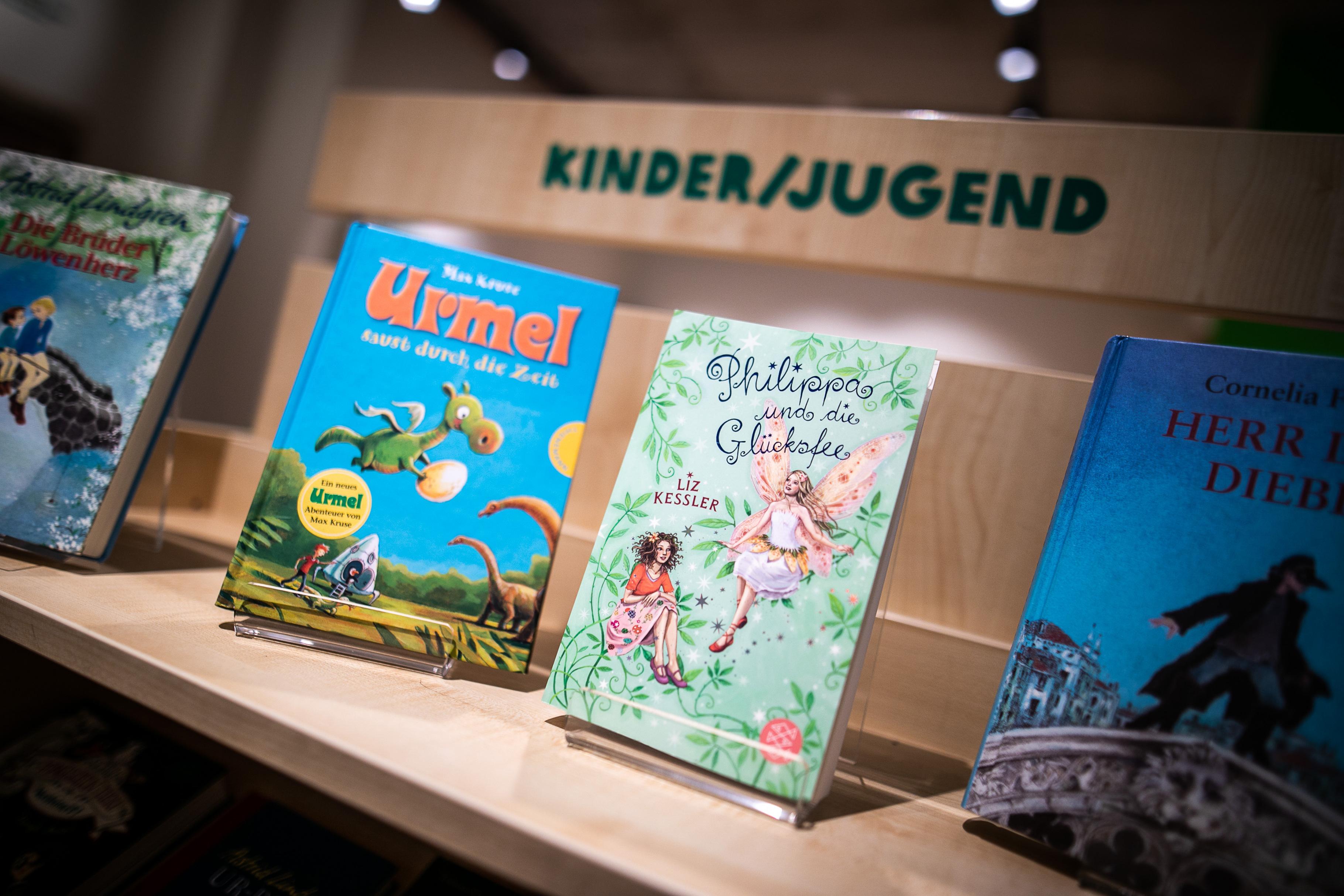 Einige Kinder- und Jugendbücher stehen im Regal des Oxfam Buchshops Berlin