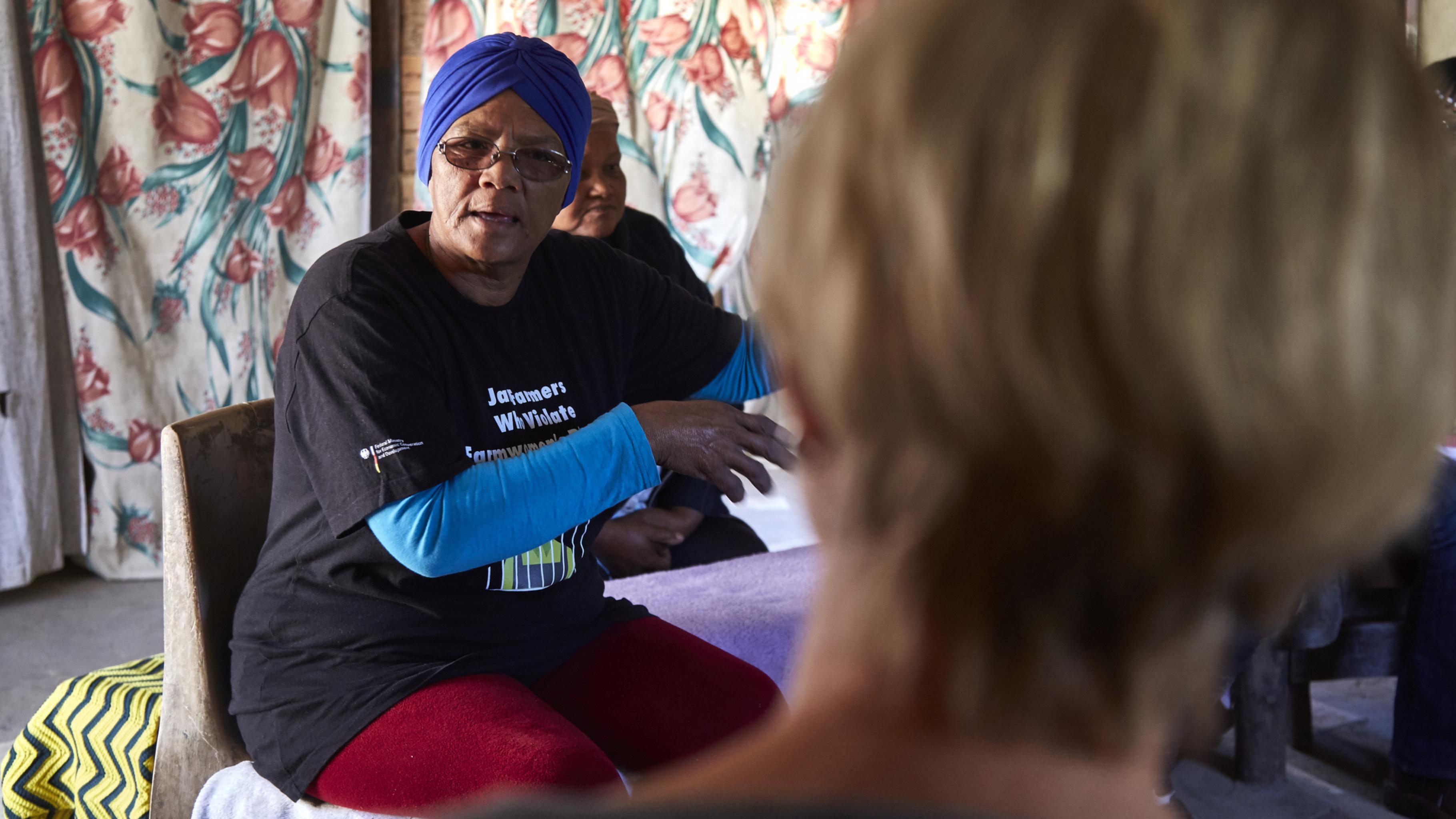 Auntie Ding (Magrieta Prins) erzählt Gaby vom Kampf der Farmarbeiterinnen.