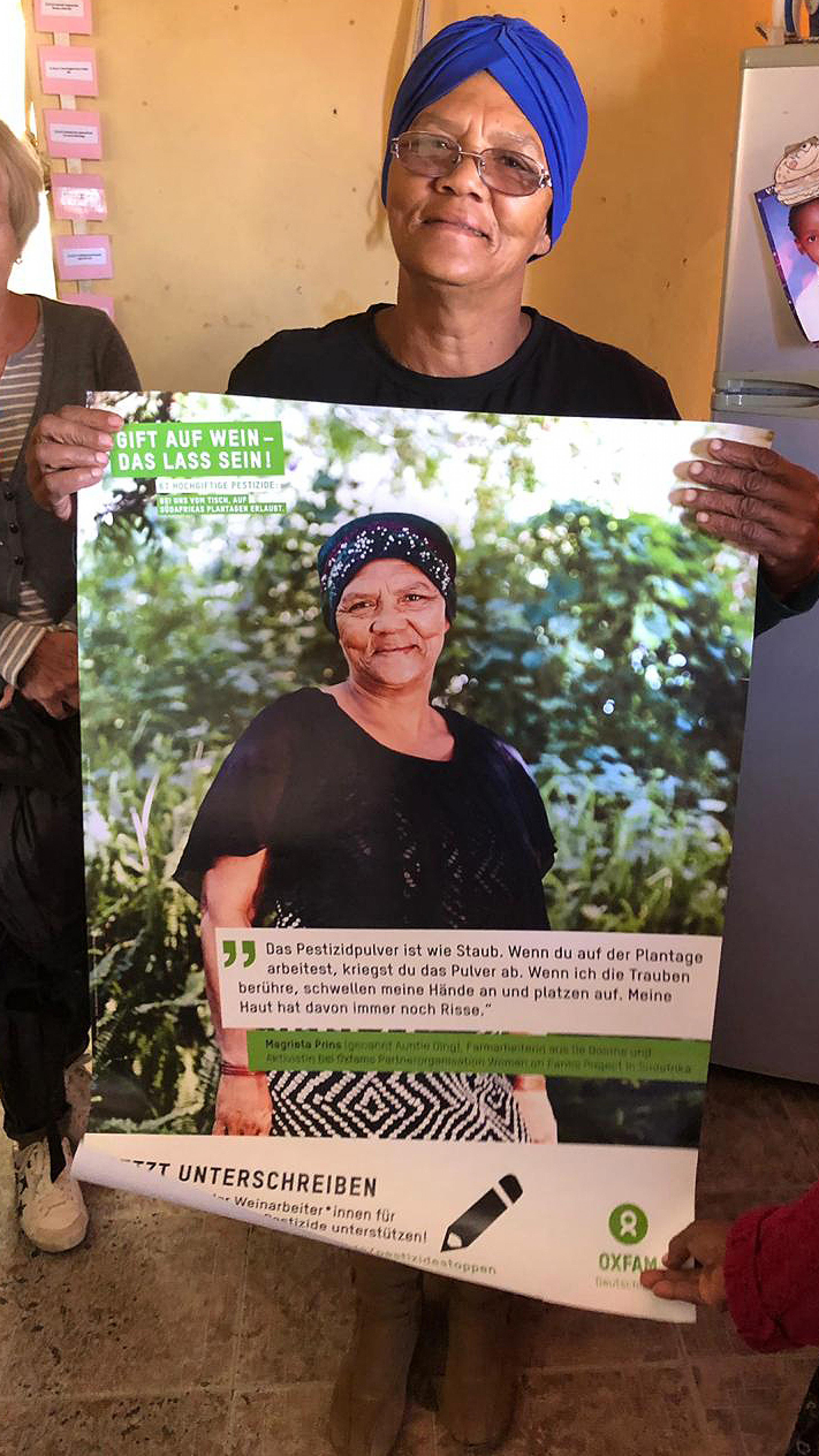 Auntie Ding freut sich darüber, dass sie auf dem Druckmaterial zur Kampagne von Oxfam Deutschland auftaucht.