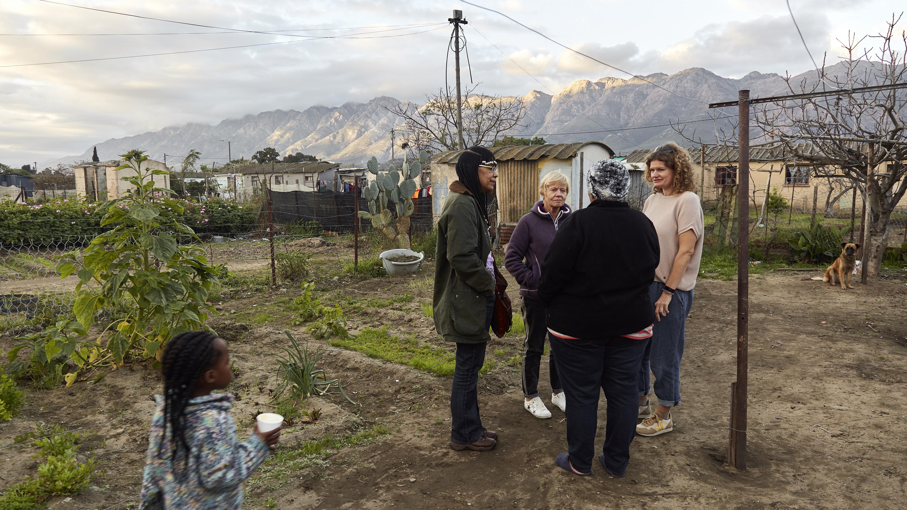 Colette Solomon (WFP), Gaby, Ulrike und Linda Norman unterhalten sich in Lindas Garten in Wolesley (v.l.).