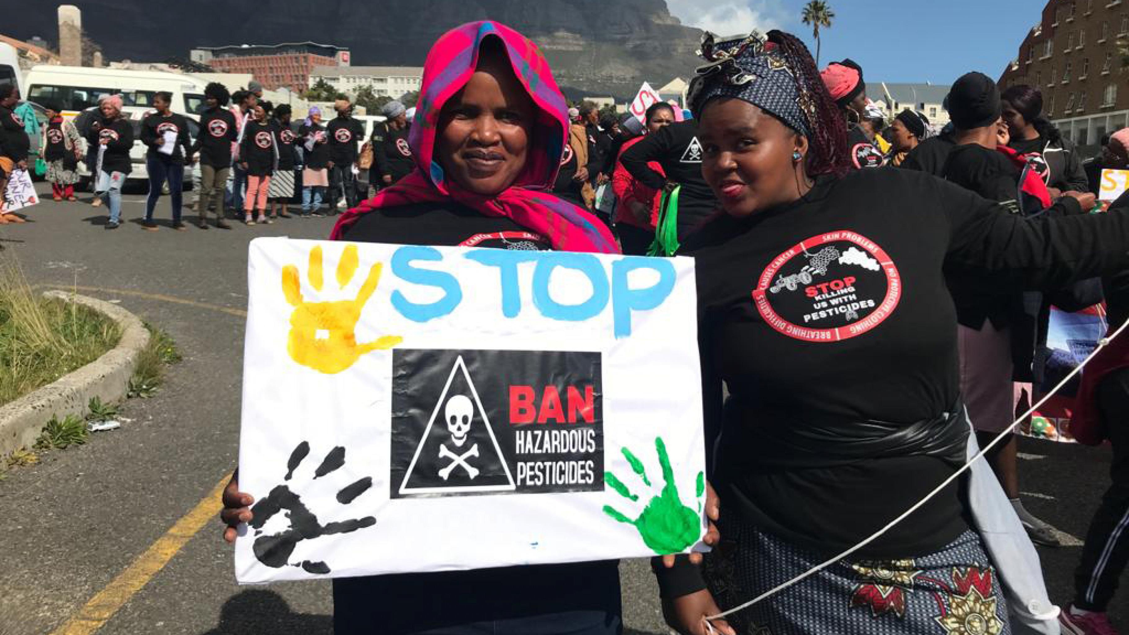 Die Wanderarbeiterinnen Mamonaheng Rasekasana und Nosiseko Mbizo mit ihren Schildern vor dem Marsch.