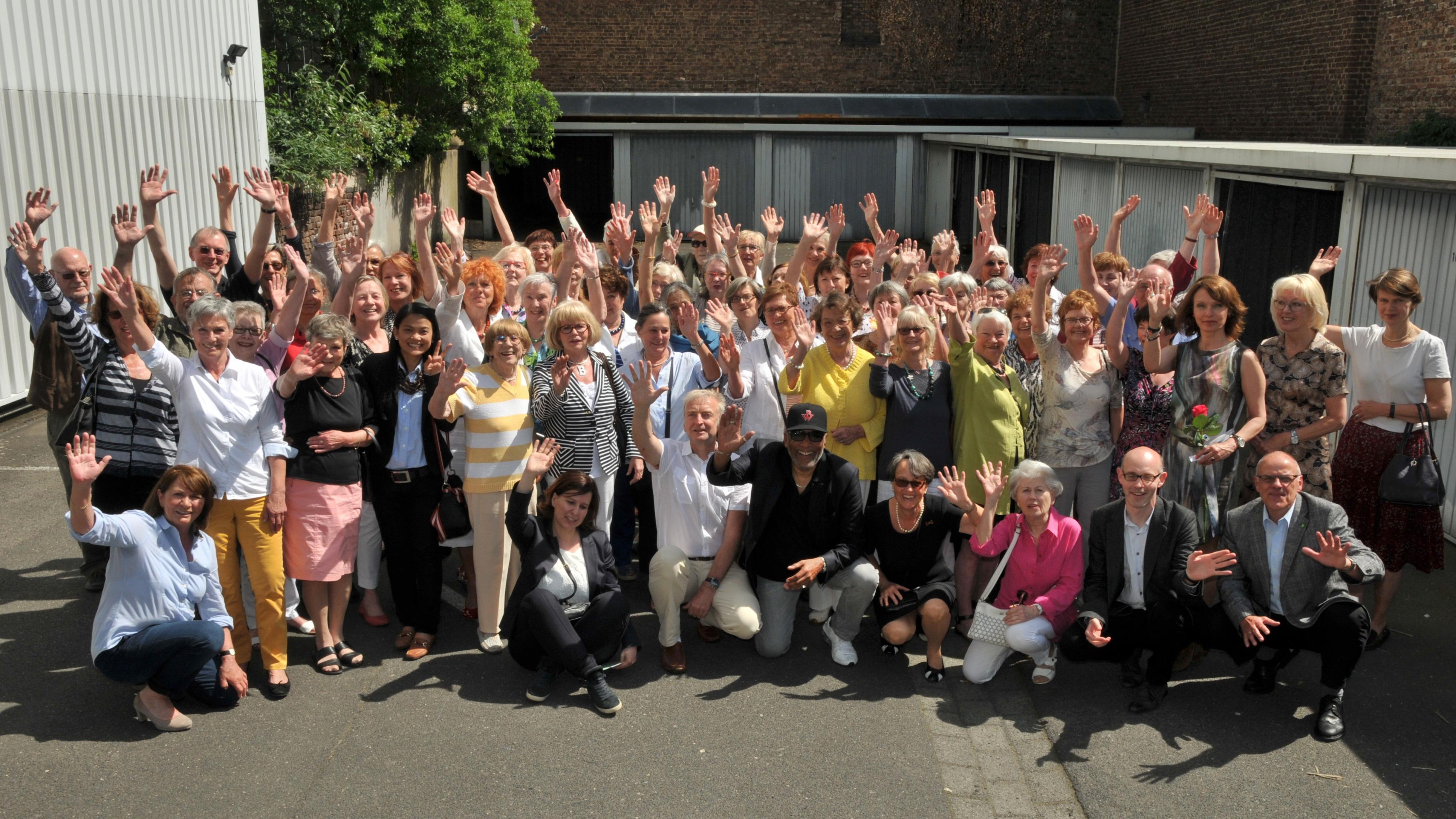Oxfam Shop Köln-Südstadt - Shop-Team mit prominenten Gästen beim 25. Shop-Geburtstag 2016