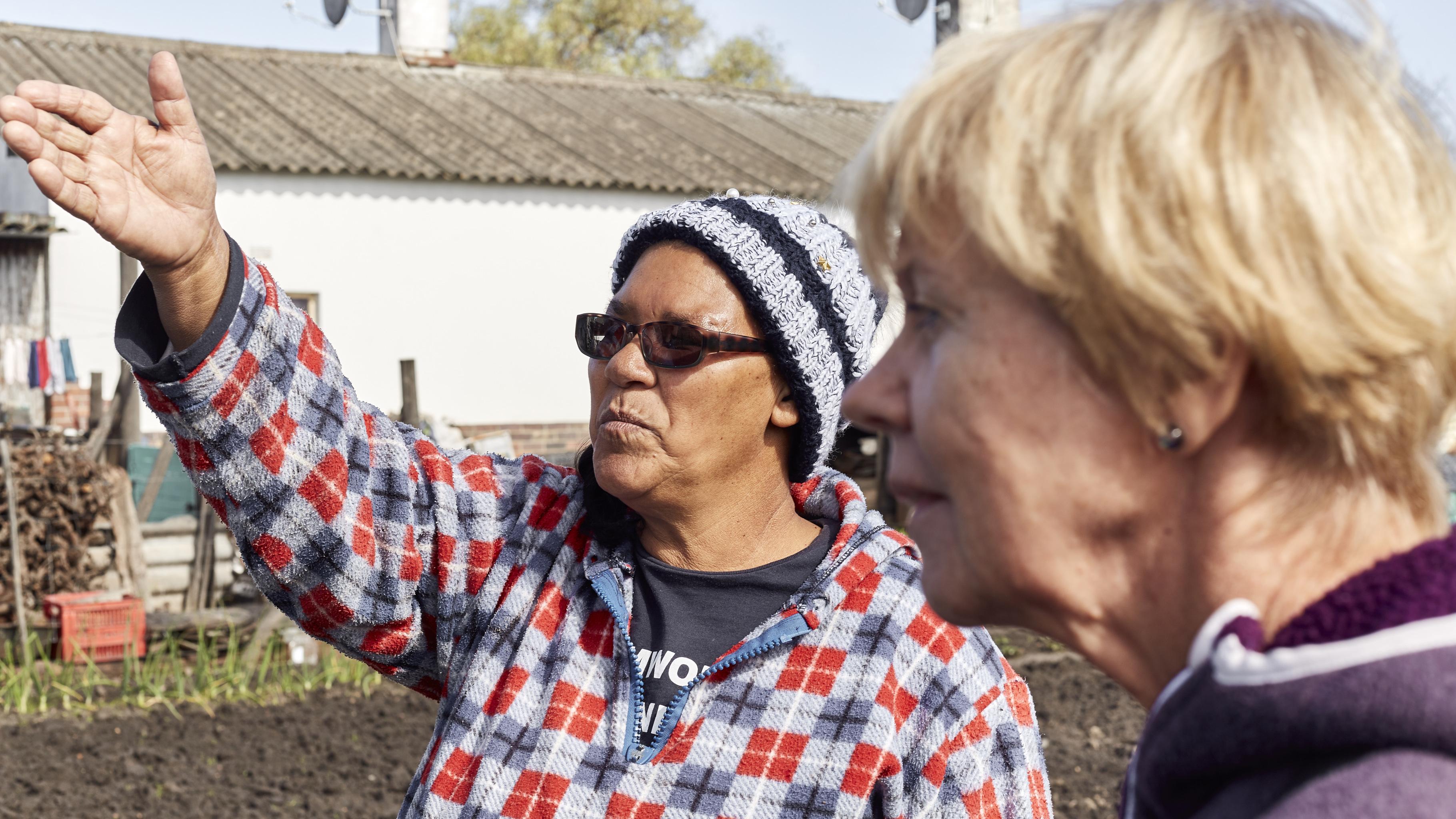 Elizabeth Lieman aus Stellenbosch zeigt Gaby stolz ihren Gemüsegarten.
