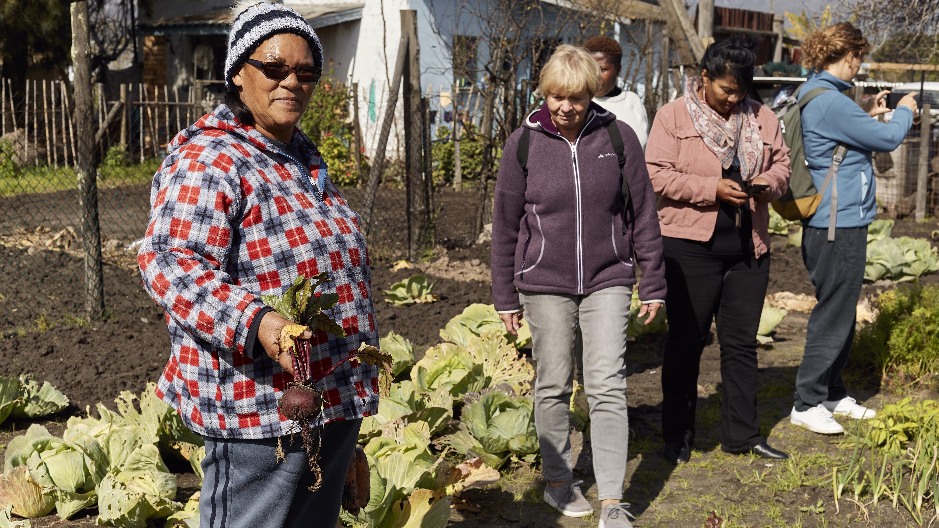 Elizabeth Lieman, Gaby, Sharon Massena (WFP) und Ulrike im Garten von Elizabeth.