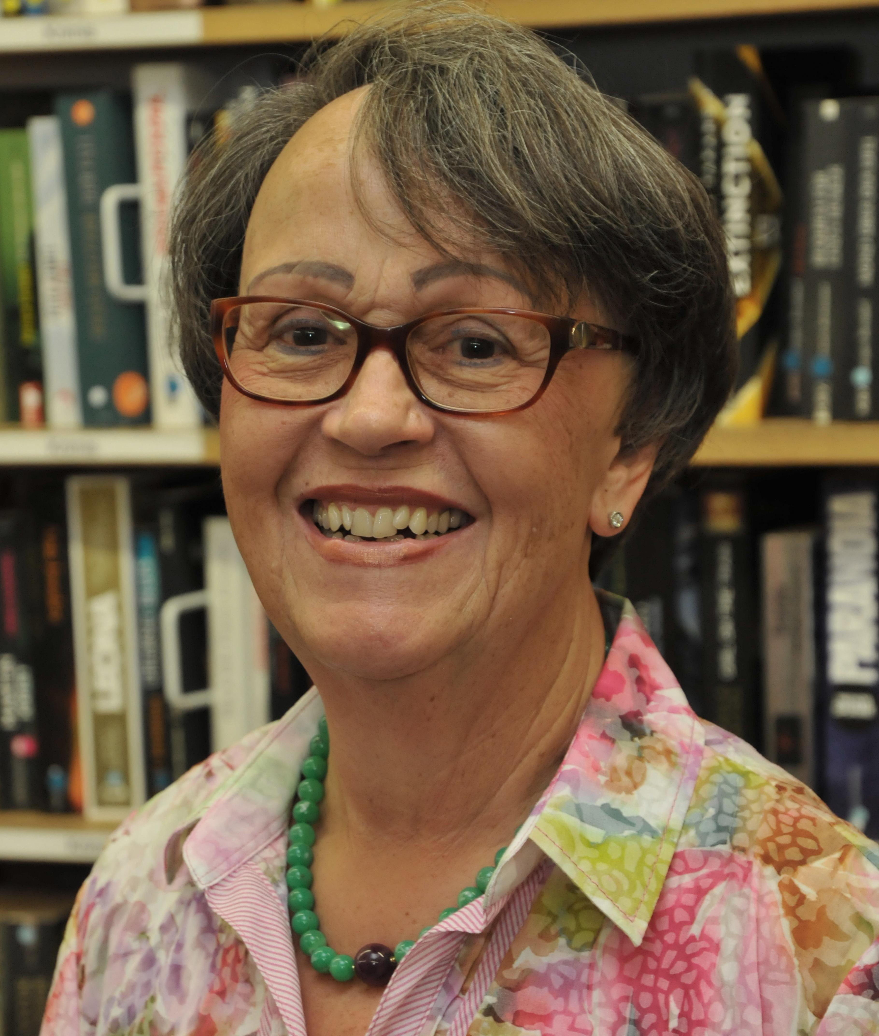 Die Ehrenamtliche Helga Lehmann engagiert sich seit 25 Jahren im Oxfam Shop Köln-Südstadt.