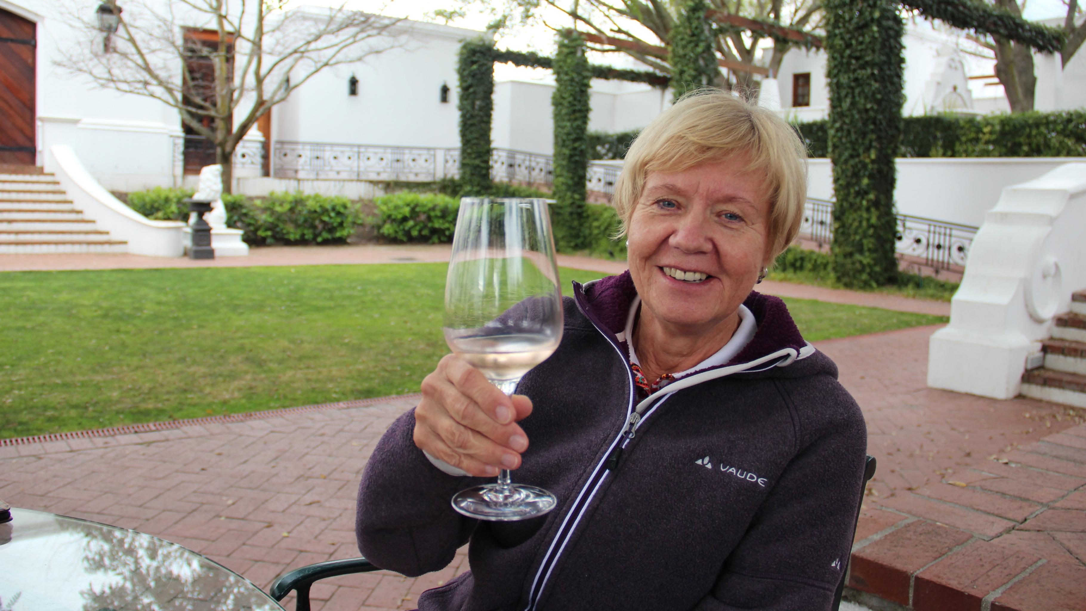 Wie es Touristen erleben: Gabriele Sarteh bei der Weinverkostung auf dem Weingut Lanzerac