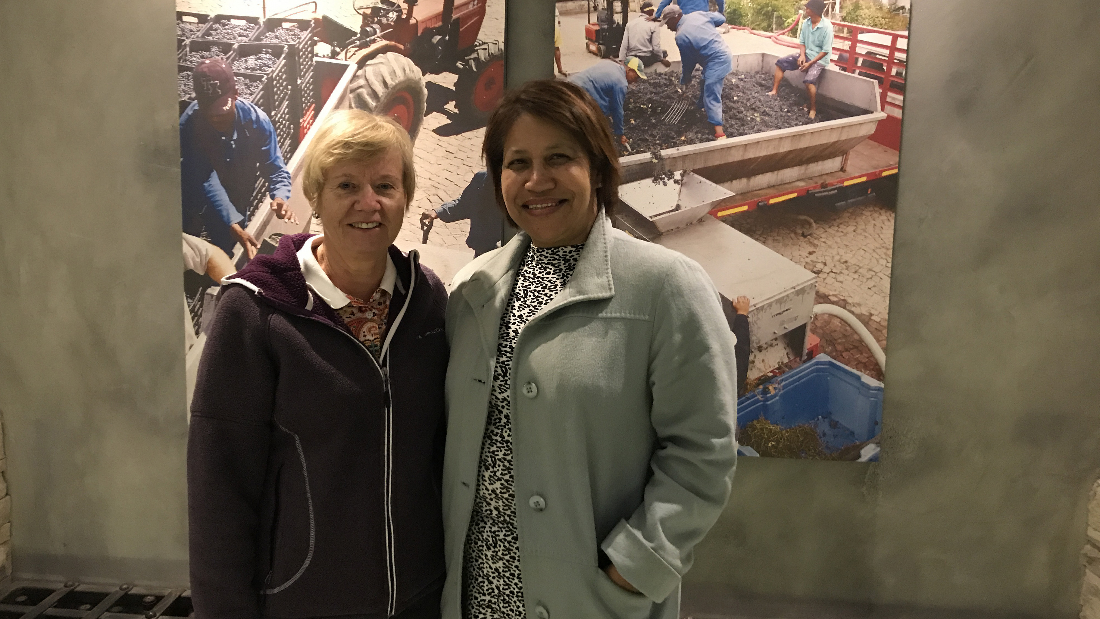 Gabriele Sarteh (Ehrenamtliche aus dem Oxfam Shop Bonn) mit Herbergsmutter Elize Anthony bei der Fotoausstellung im Weinkeller von Beyerskloof