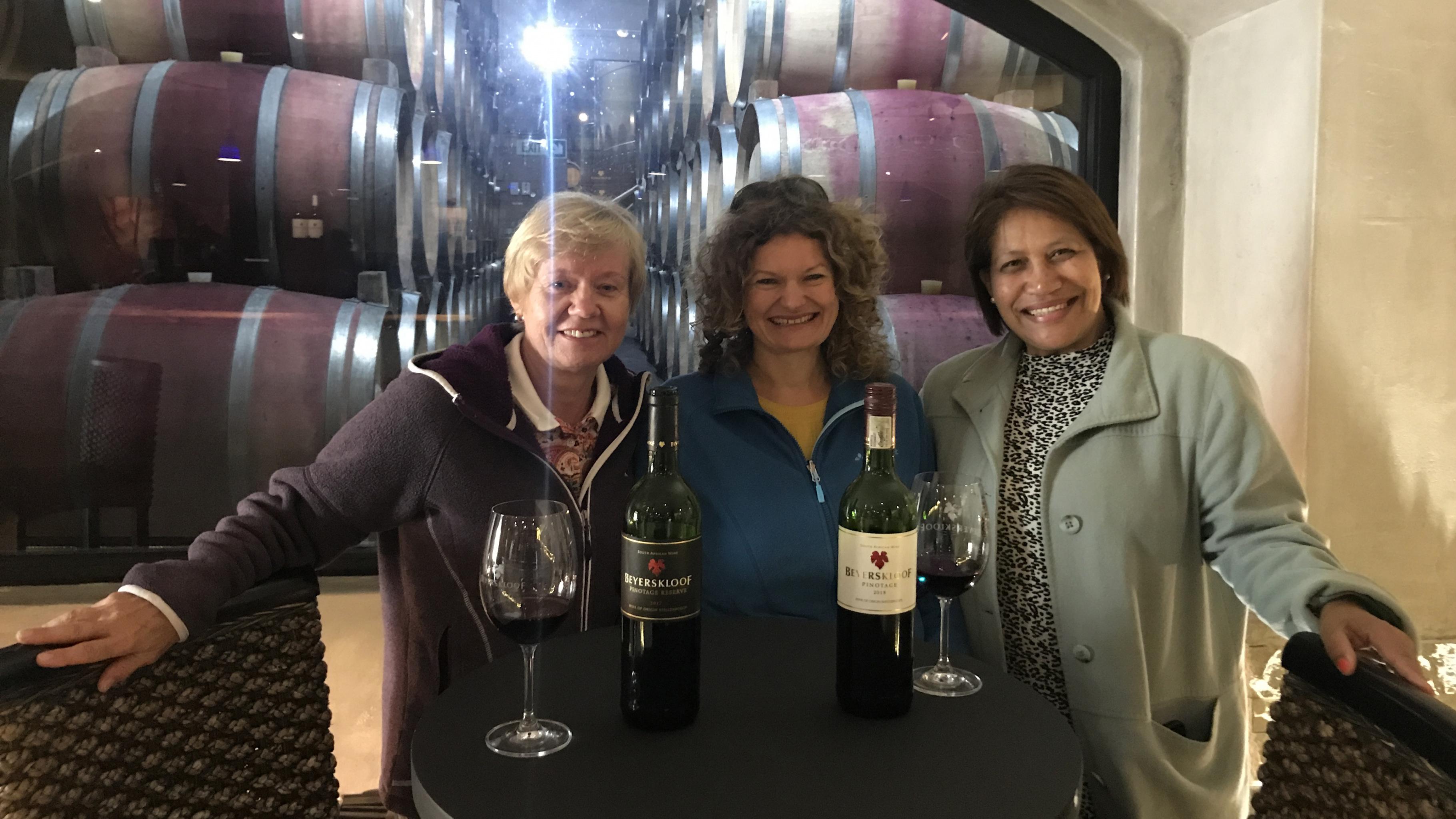 Wie es Touristen erleben: Gabriele Sarteh, Ulrike Langer und Elize Anthony im Weinkeller von Beyerskloof