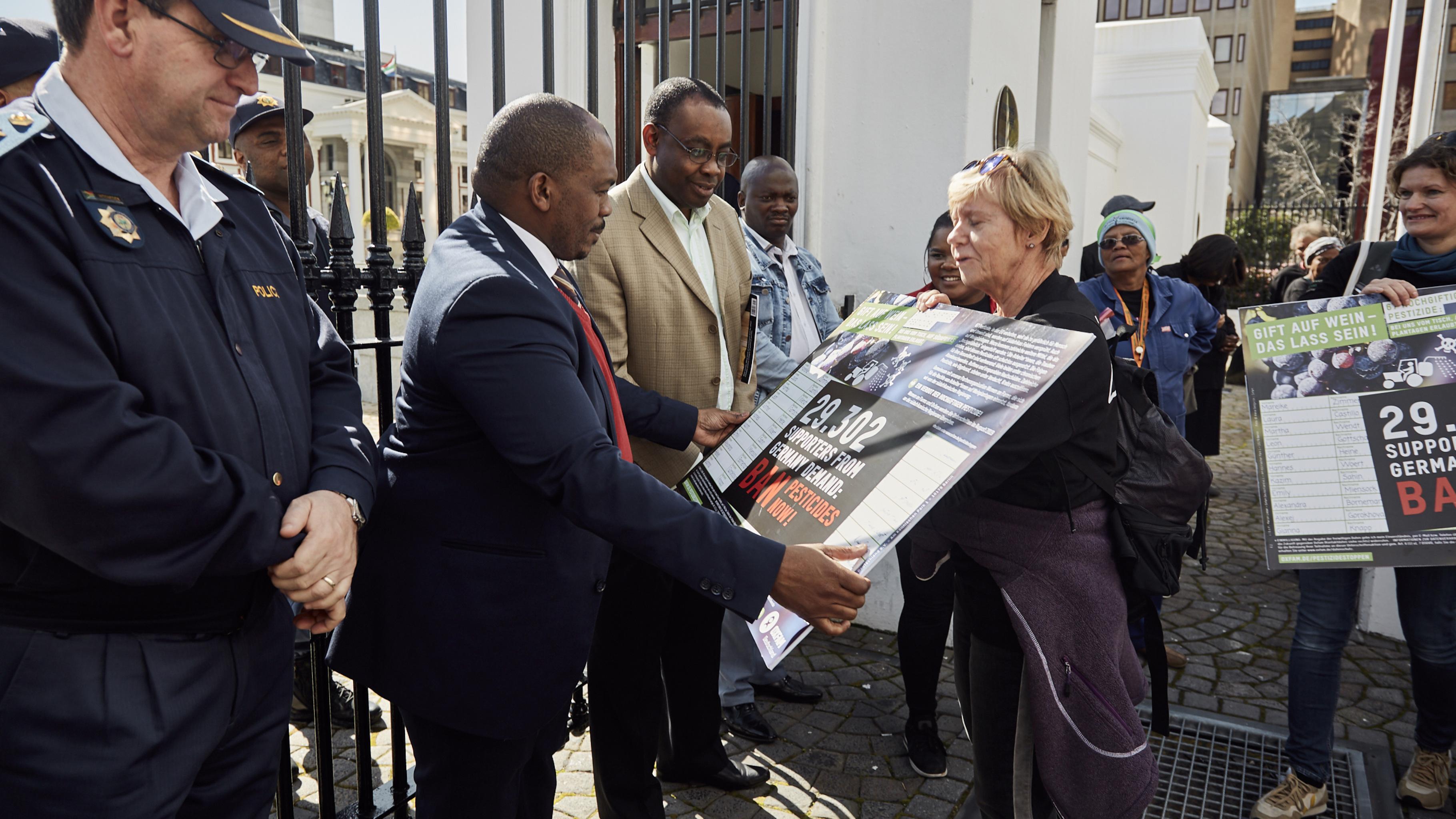 Gaby übergibt die Unterschriftenliste mit den über 29.000 Unterschriften an einen Vertreter des Arbeitsministeriums.