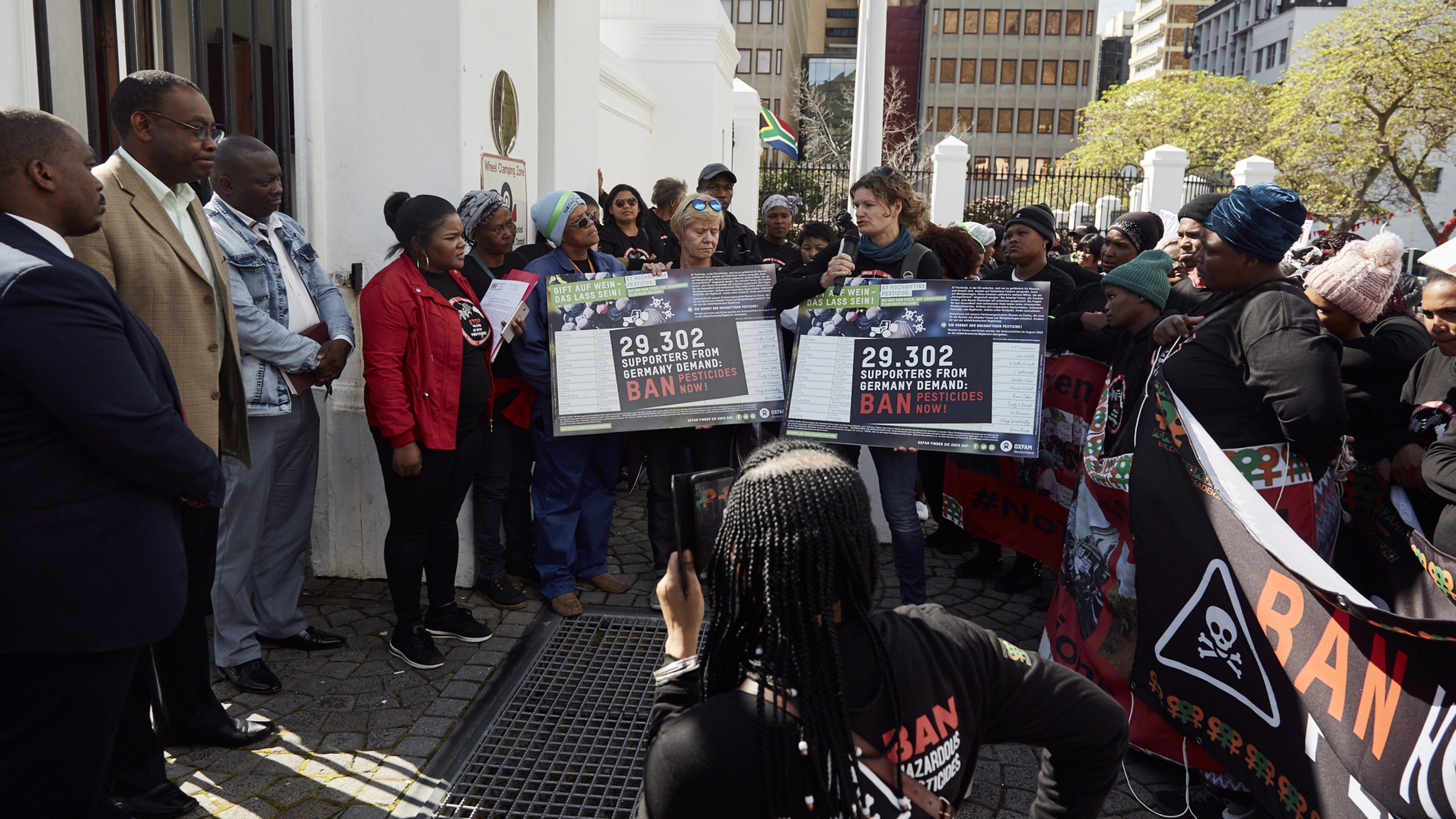 Im Namen von Oxfam fordert Ulrike Langer (am Mikrofon) die Vertreter auf sich für ein Verbot hochgiftiger Pestizide in Südafrika einzusetzen.