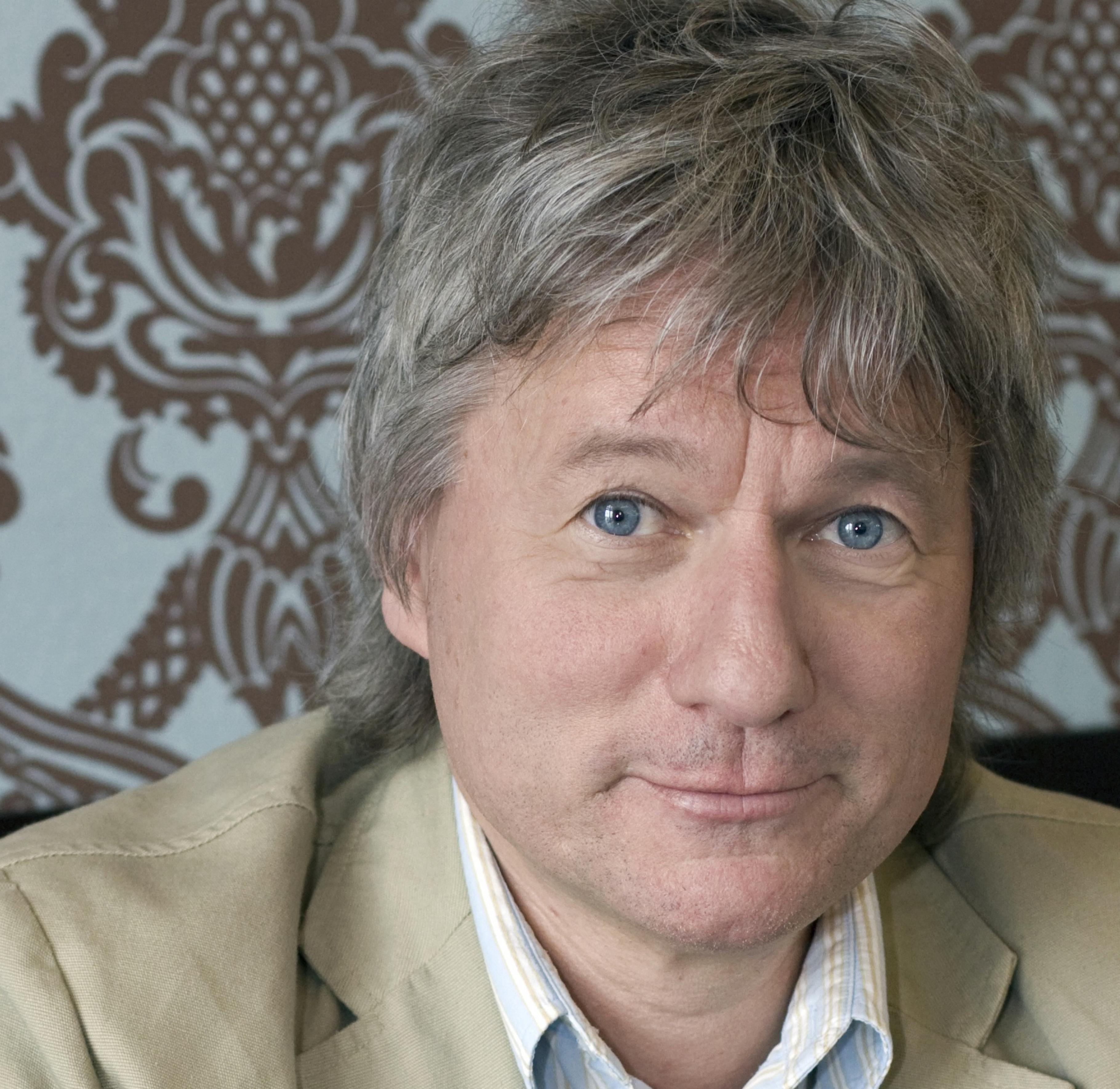 Kölner Kabarettist Jürgen Becker steht im ehrenamtlich im Oxfam Shop Köln-Südstadt an der Kasse