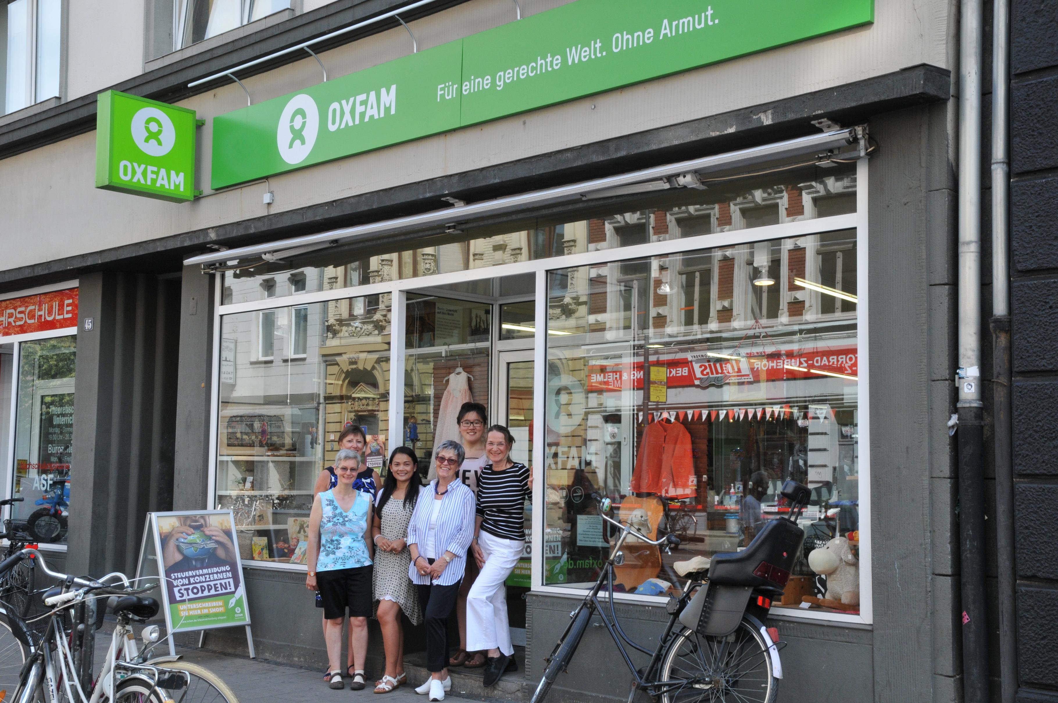 ehrenamtliche Mitarbeiter/innen aus dem Oxfam Shop Köln-Südstadt