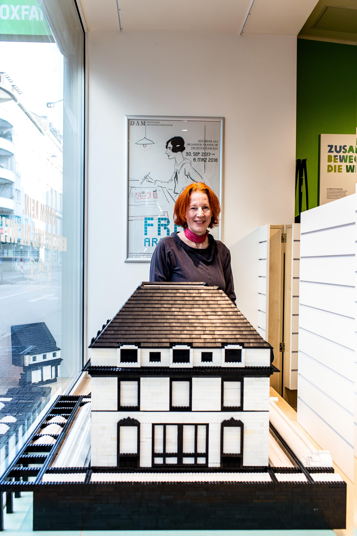 Andrea Jürges im Schaufenster des Oxfam Shops