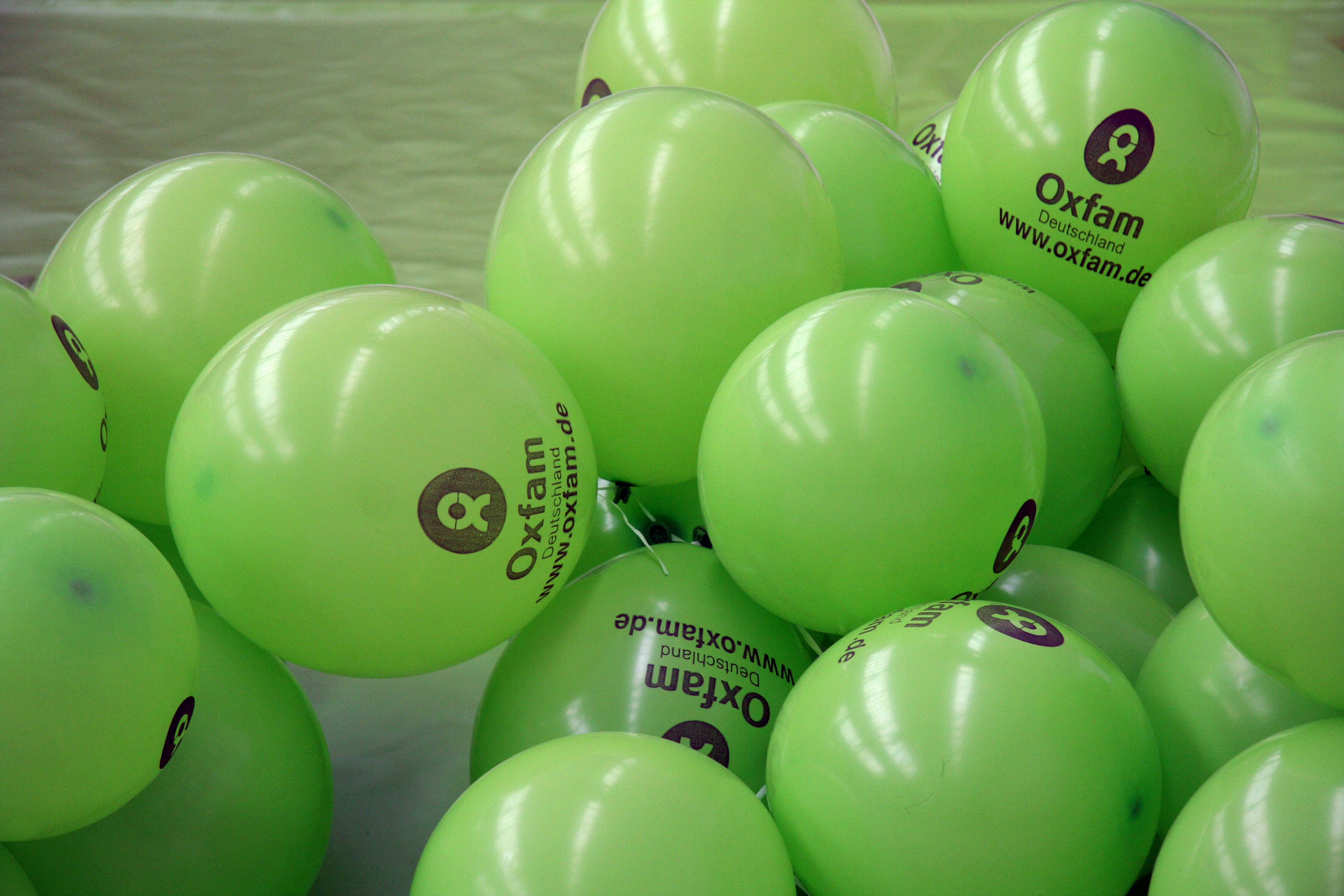 Ballons mit Oxfam-Logo