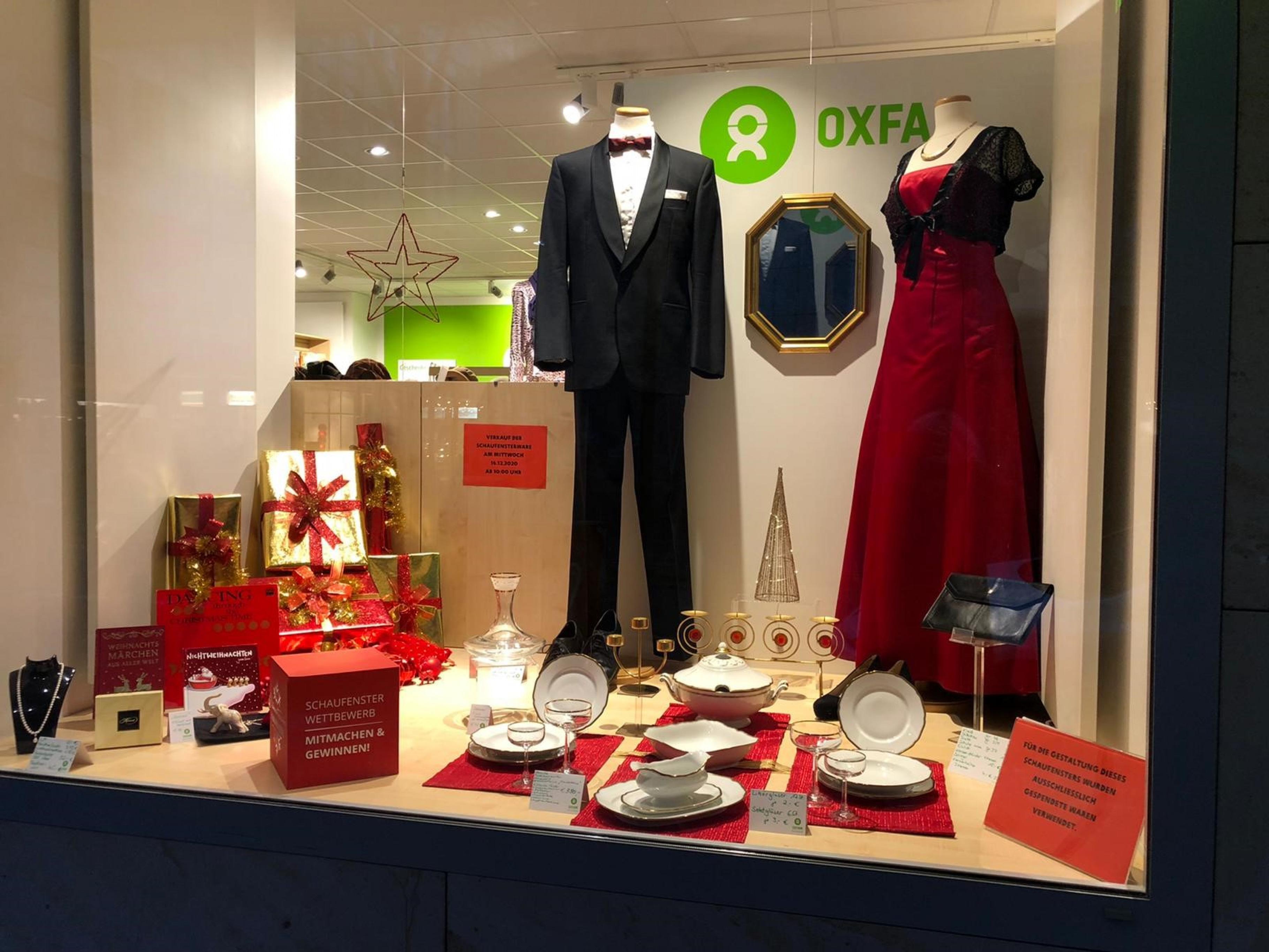 """Das für den Wettbewerb """"Weihnachtszauber"""" dekorierte Schaufenster des Oxfam Shops in Mannheim"""