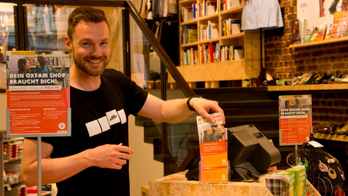 Shopreferent Jonas Lumpe im Oxfam Shop in Berlin-Kreuzberg.