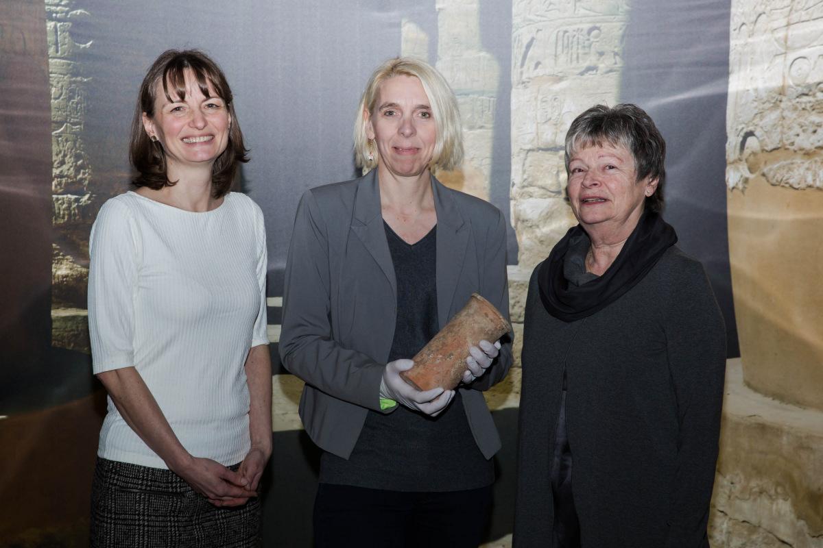 V.l.: Catja Schulze (ehrenamtliche Shop-Leiterin Oxfam Shop Mannheim), Gabriele Pieke (Leiterin der altägyptischen Sammlung der Reiss-Engelhorn-Museen) und Inka Dreyer (Ehrenamtliche im Oxfam Shop Mannheim)