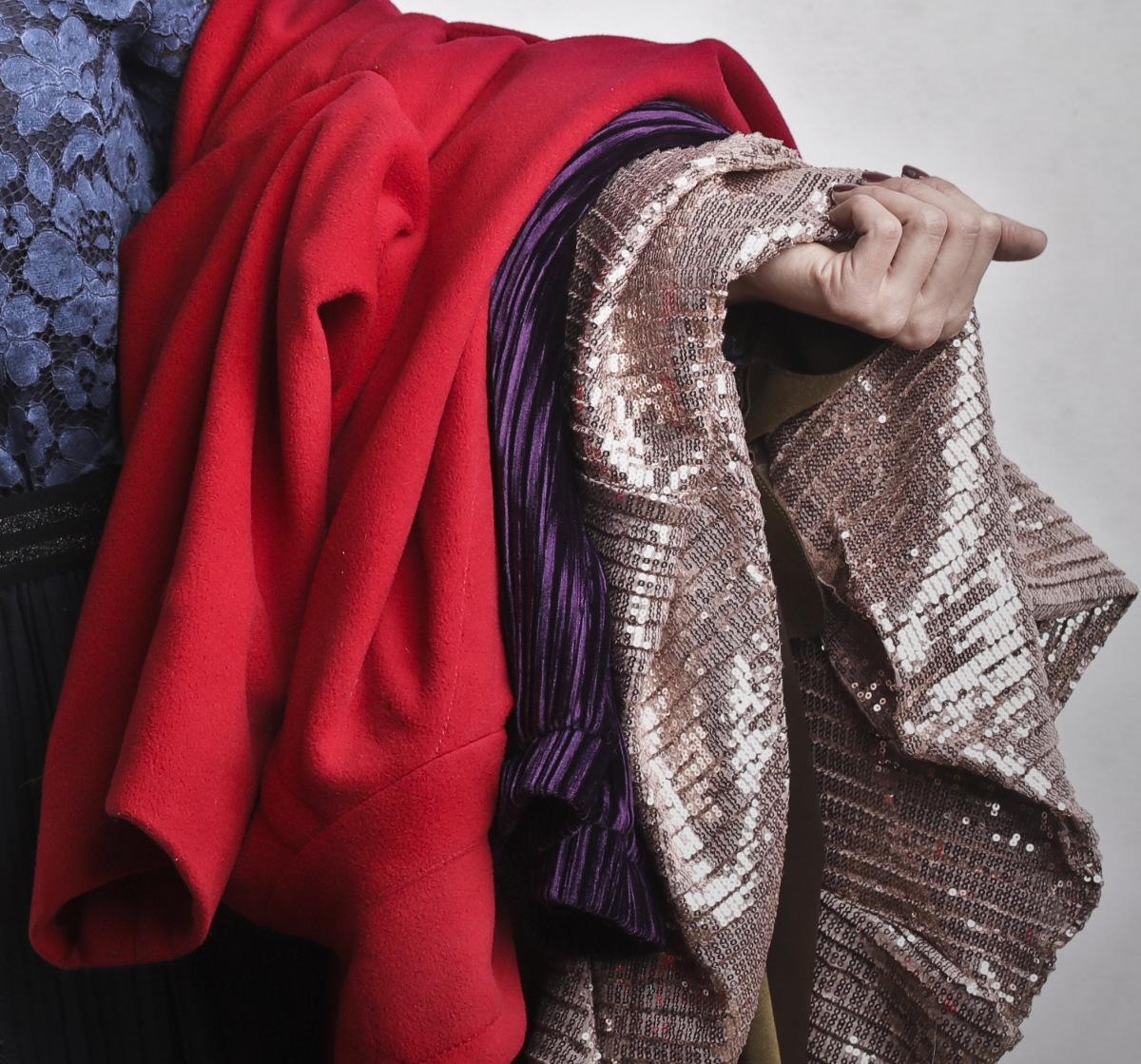 Kleidung, die über dem Arm hängt