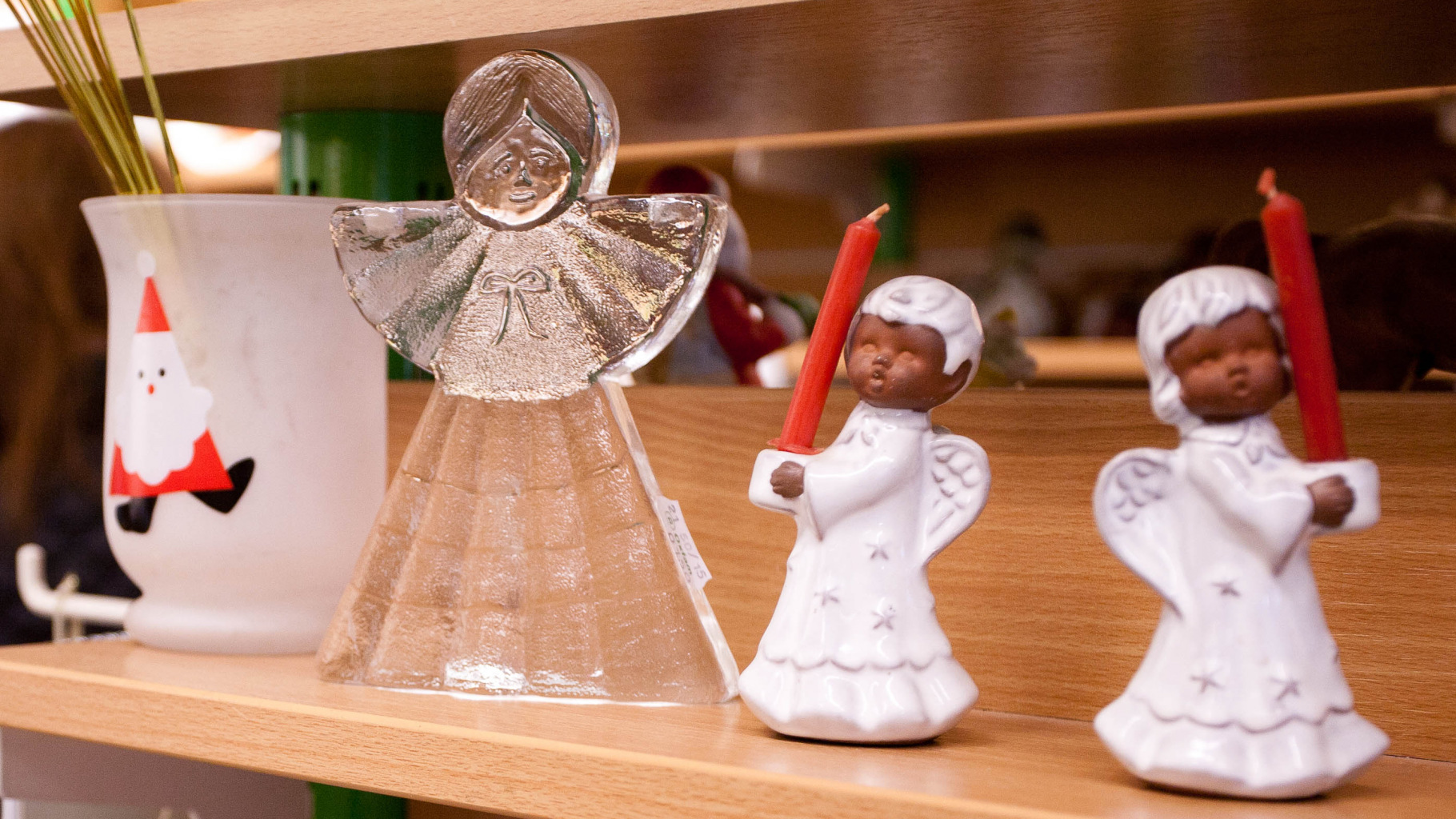 weihnachtliche Deko im Oxfam Shop