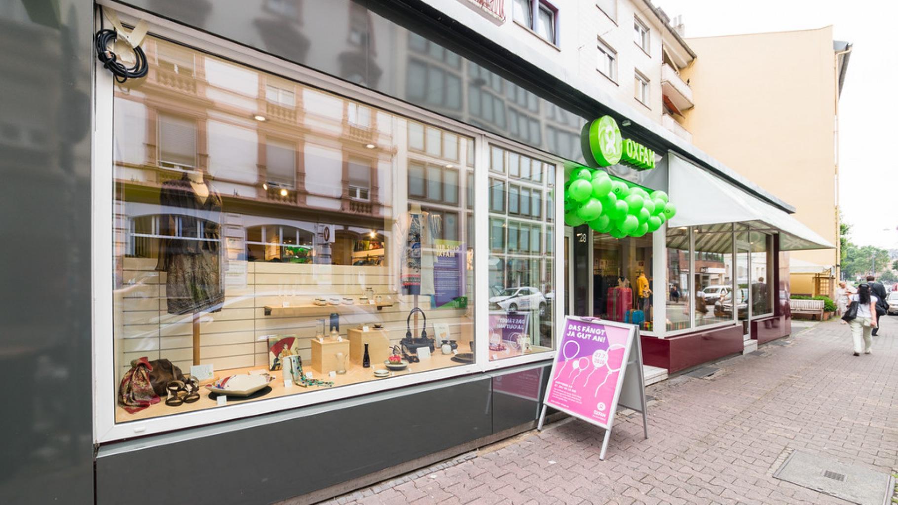 Oxfam Shop Frankfurt-Nordend - Außenansicht bei der Eröffnung