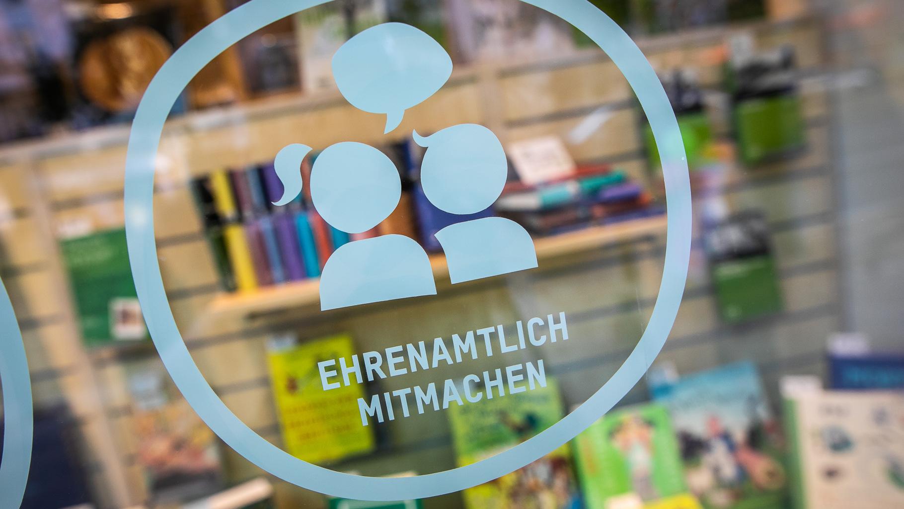 """Beklebung eines Schaufensters im Oxfam Shop: Ehrenamtlich mitmachen""""."""