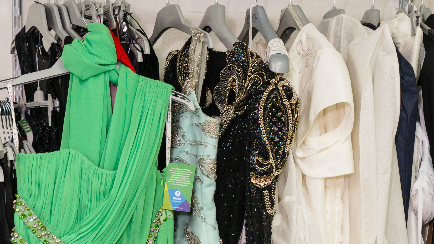 festliche Kleidung im Oxfam Shop