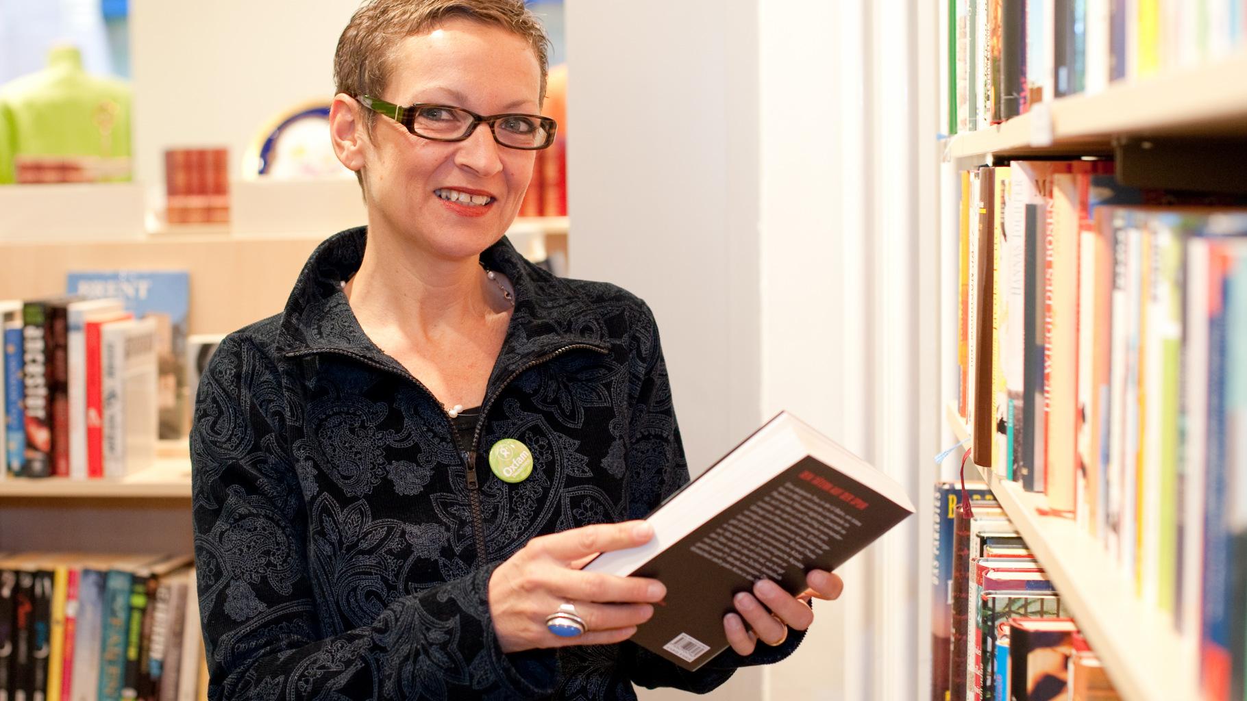 die Ehrenamtliche Ingrid Chatain im Oxfam Shop Karlsruhe